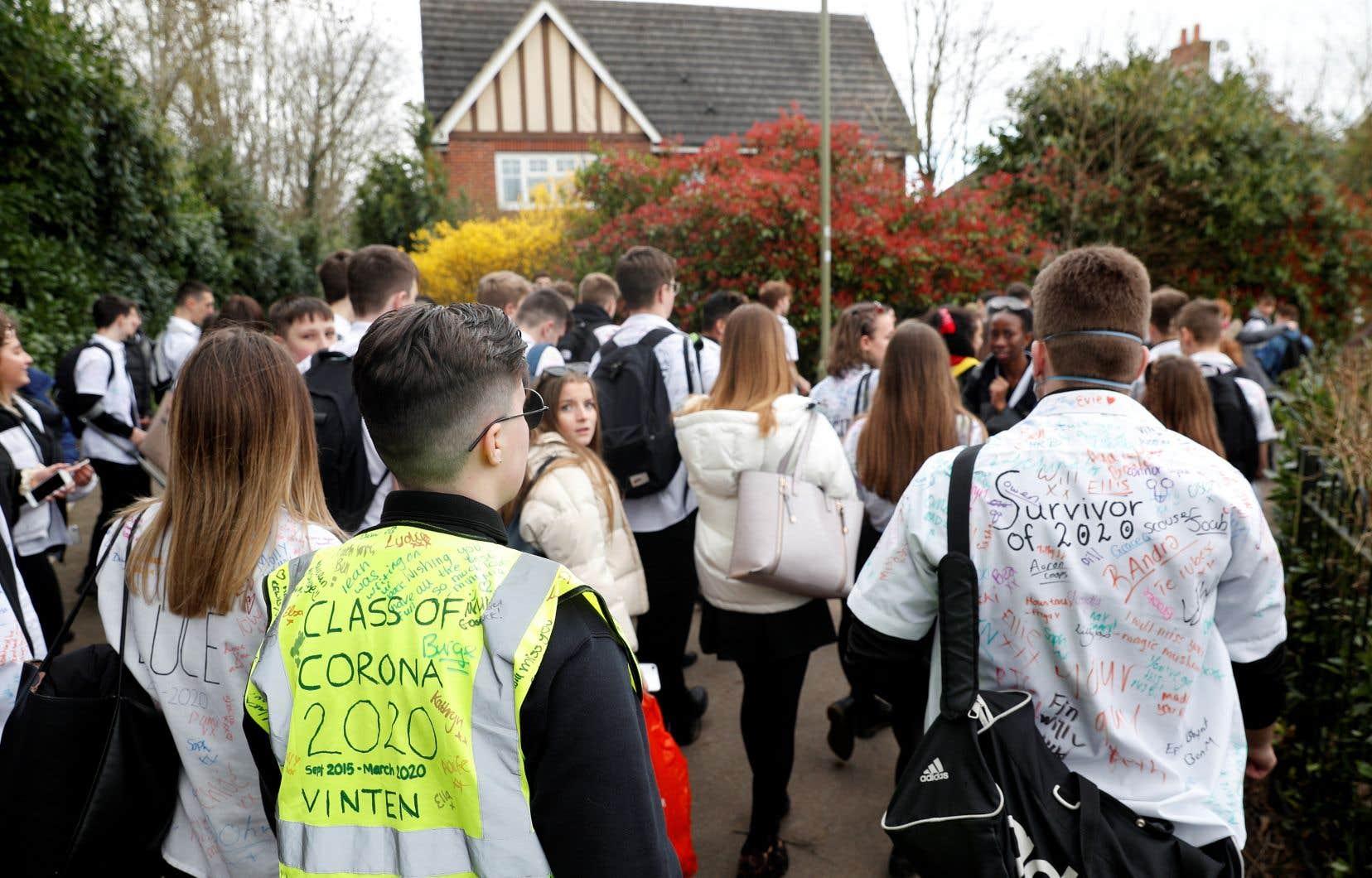 Des élèves quittent leur école secondaire après l'annonce de la fermeture des établissements scolaires au Royaume-Uni.