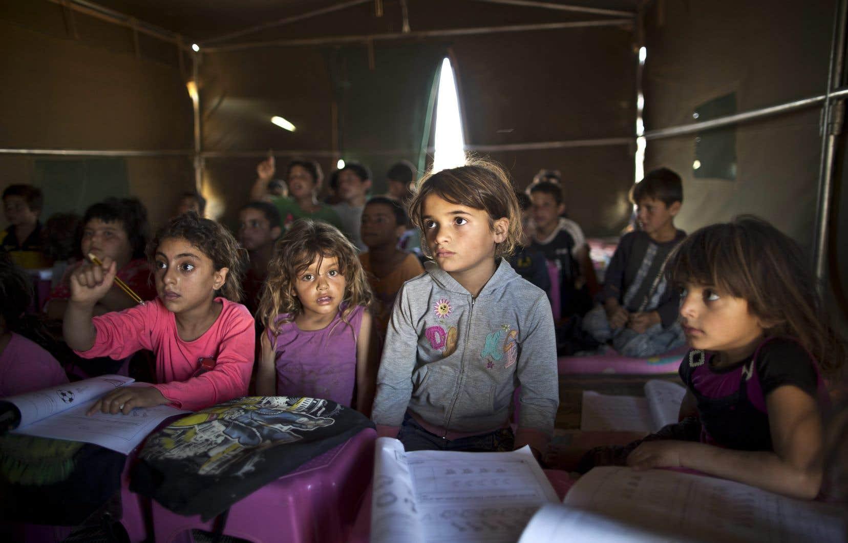 Dans les régions touchées par des conflits, comme ici en Syrie, et où les populations restent chez elles, le recours  à l'éducation communautaire améliore les résultats scolaires lors d'un retour  à l'école.