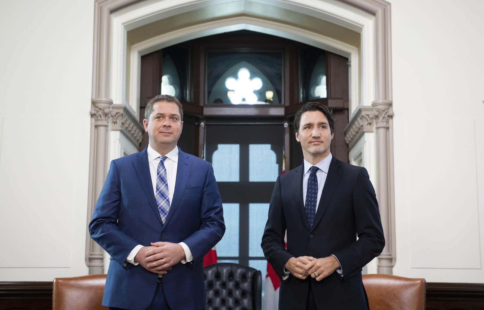 Le premier ministre et chef du Parti libéral du Canada (PLC), Justin Trudeau (à droite), et le chef du Parti conservateur (PCC), Andrew Scheer