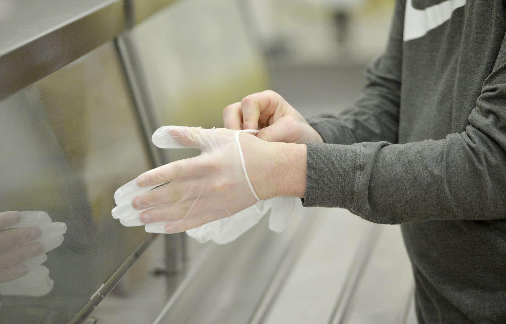 Le ministère recommande aux services de garde d'approcher les cabinets de dentiste ou d'esthétique, les salons de coiffure, les artisans ou d'autres entreprises qui «pourraient [les] dépanner» en offrant des gants et d'autre matériel de santé.