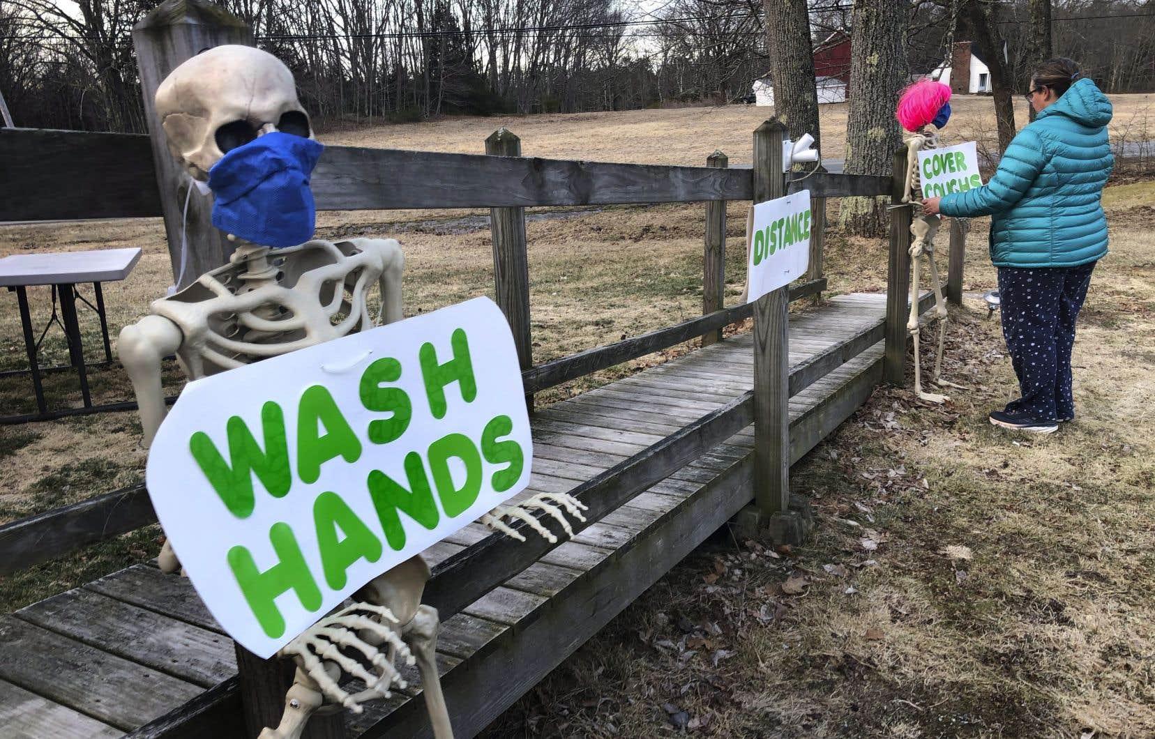 Belinda Brewer, une habitante du Maine, utilise des squelettes décoratifs pour inviter les passants à suivre les règles sanitaires.