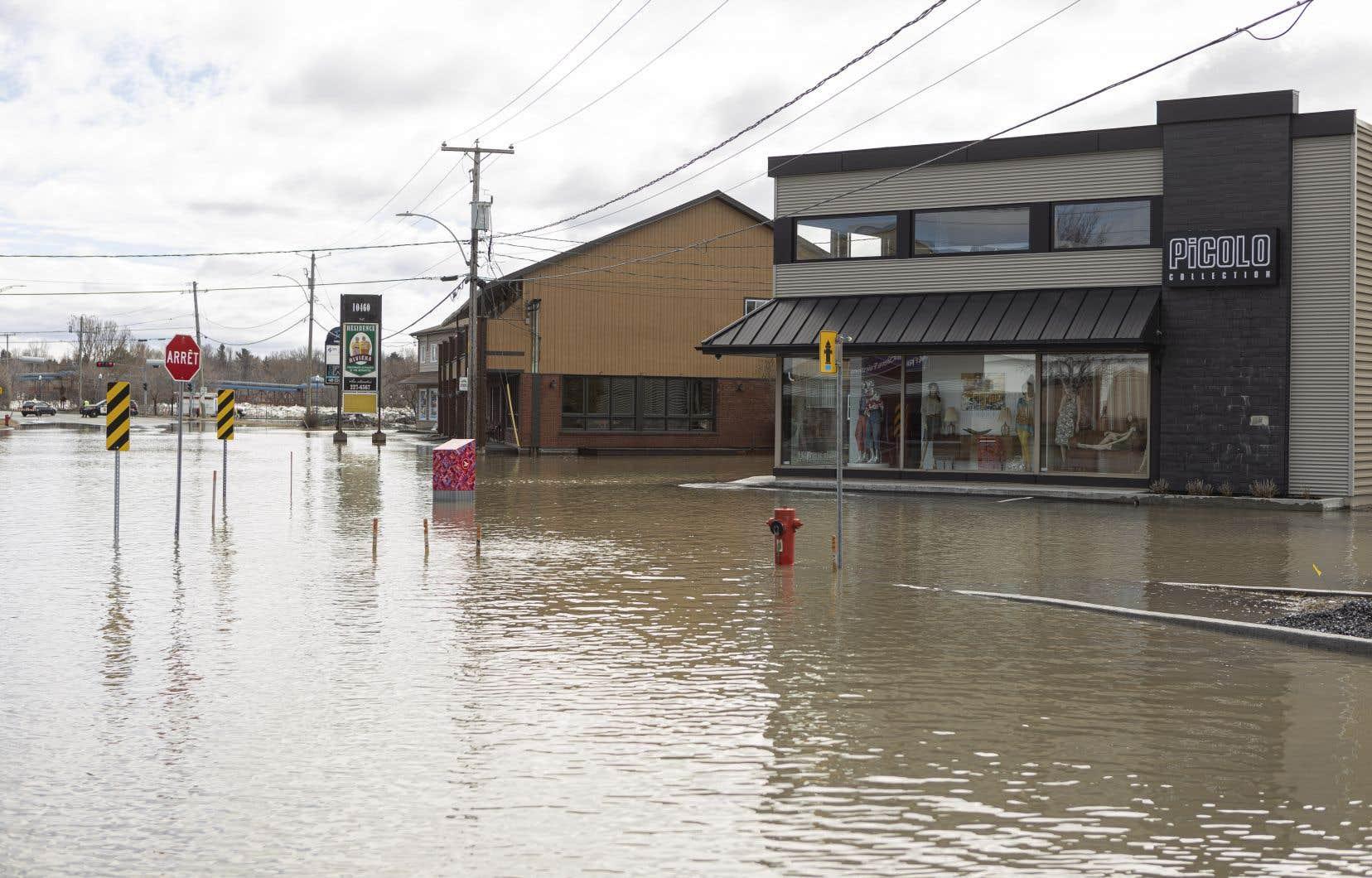 La première avenue de Saint-George, sur le bord de la Chaudière, a été partiellement inondée vendredi.