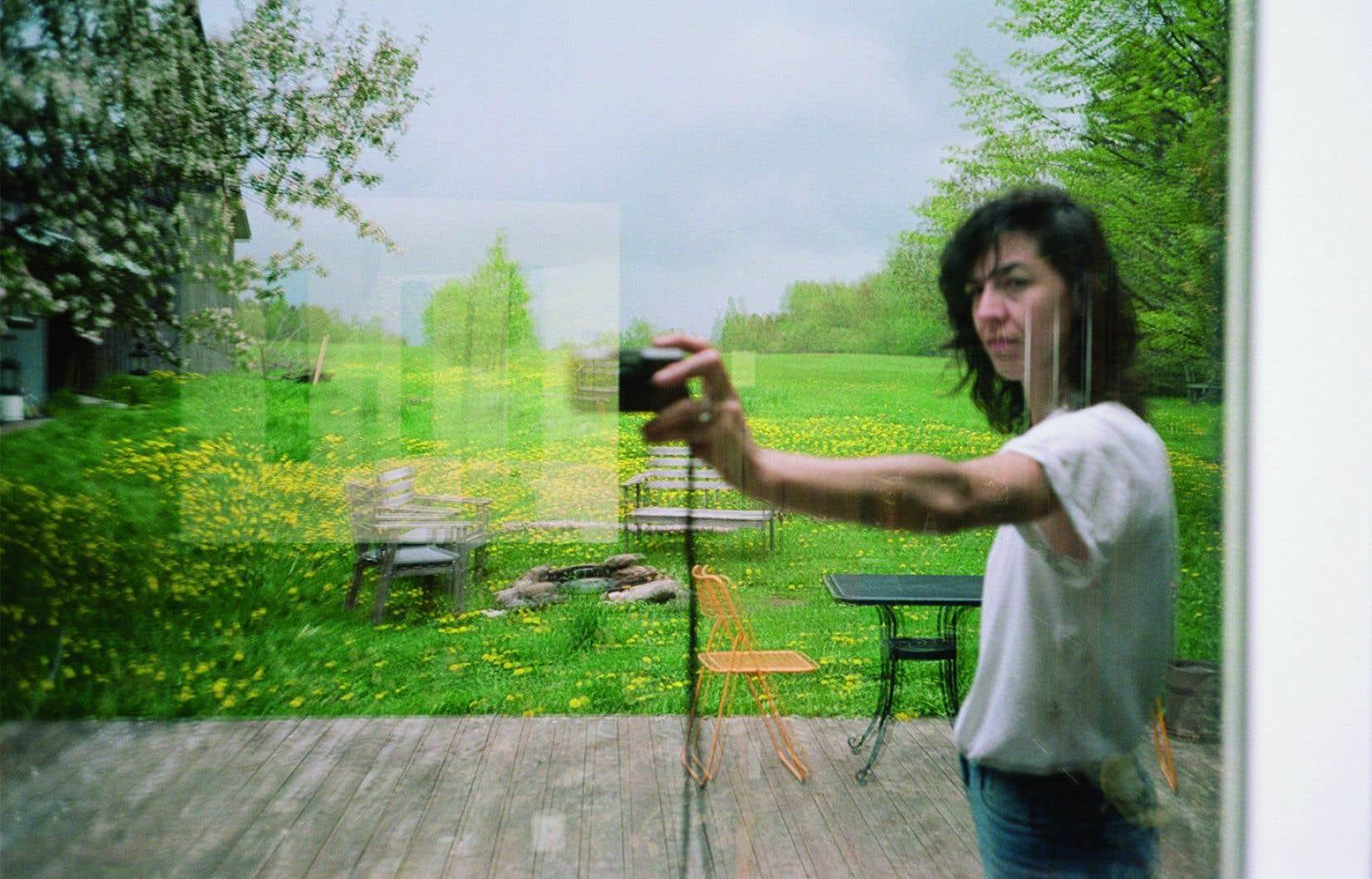 Sara A. Tremblay, une artiste visuelle, technicienne et enseignante dans le milieu artistique universitaire, tente à sa manière de «faire un lien» entre des artistes visuels et le public grâce à son projet «Les encans de la quarantaine».