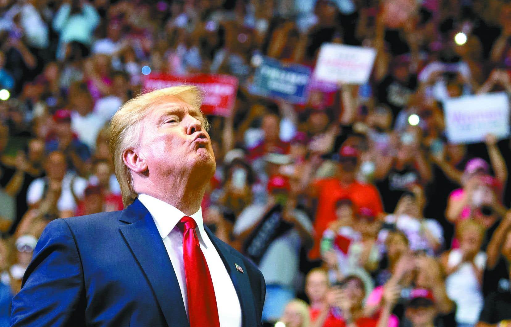 Donald Trump peut aujourd'hui difficilement galvaniser sa base d'électeurs, qui a sans doute besoin d'être rassurée, puisque les rassemblements partisans du républicain — son activité fétiche — ont tous été annulés ou reportés.