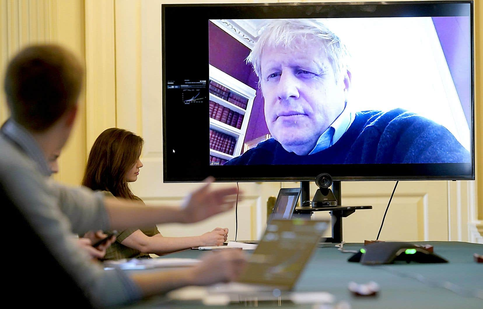 Le premier ministre britannique, Boris Johnson, lors d'une réunion en visioconférence, le 28 mars à Londres