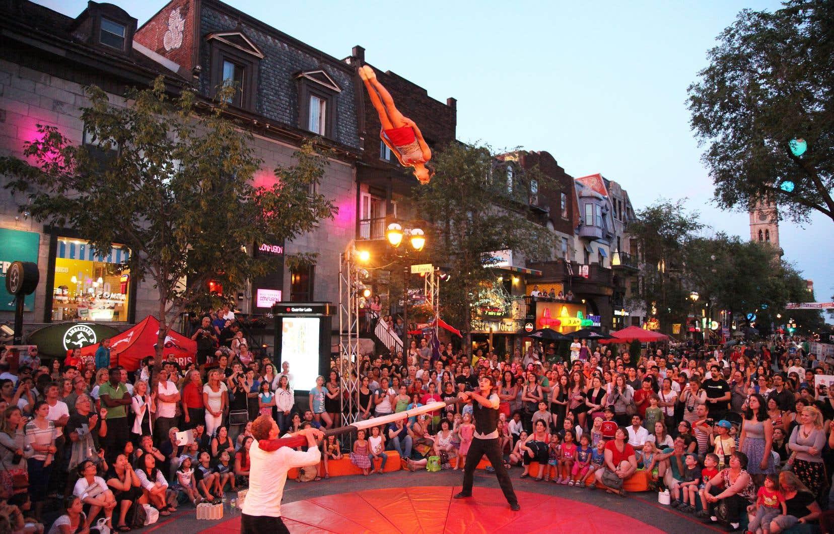 L'équipe du festival a envisagé tous les scénarios possibles pour la tenue du festival, mais que le nombre de répétitions requises pour mener à bien les spectacles était trop grand.