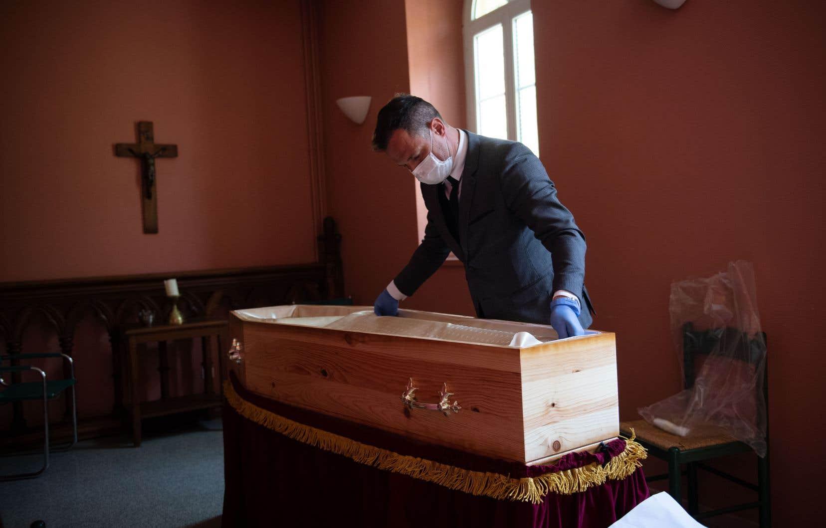 Un entrepreneur de pompes funèbres prépare un cercueil à Aix-en-Provence, en France.