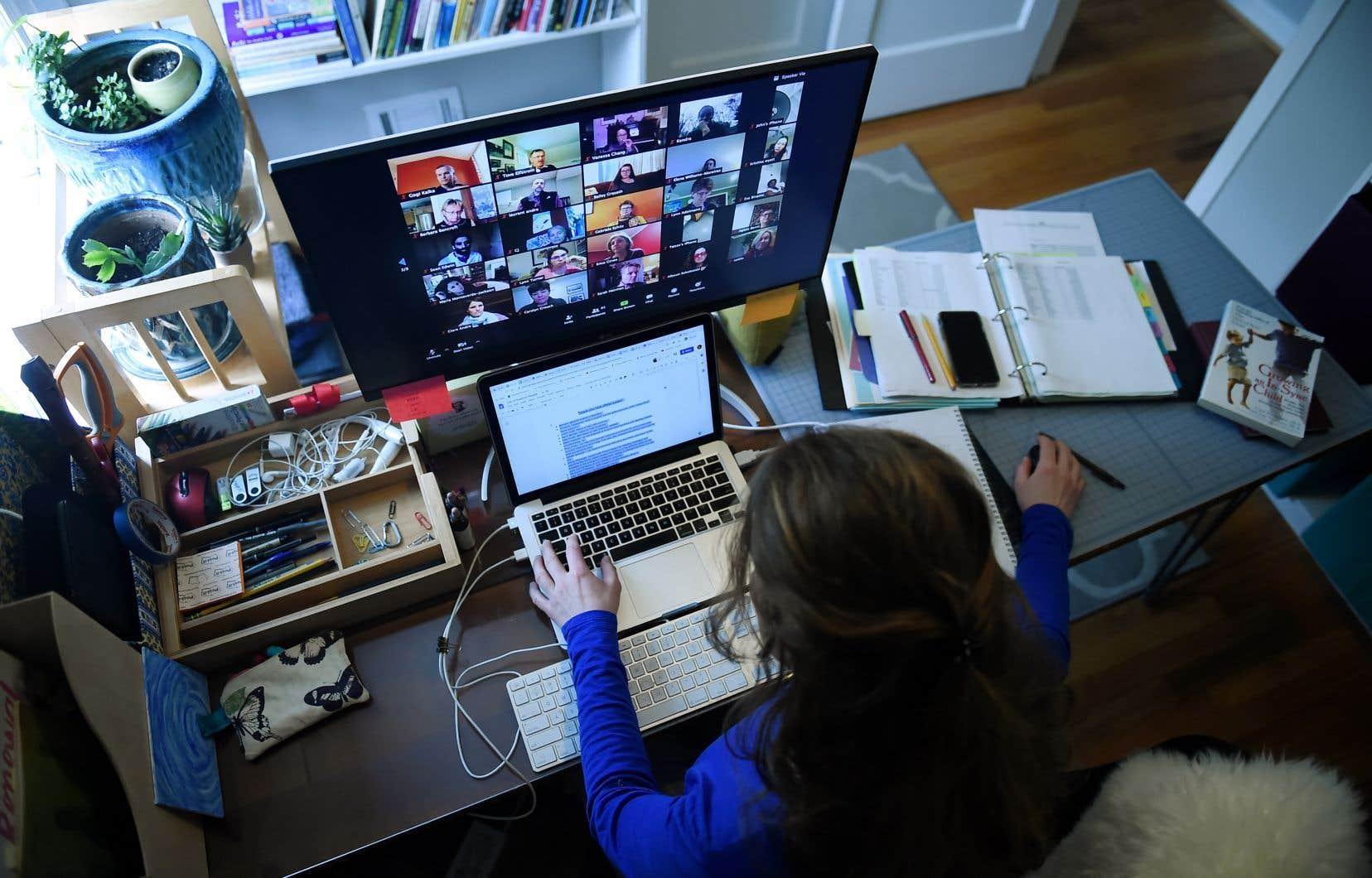 Le Centre canadien pour la cybersécurité a mis en garde les utilisateurs de ces applications de vidéoconférences des risques «d'infiltrations et de perturbations inattendues» de ces réunions en ligne.