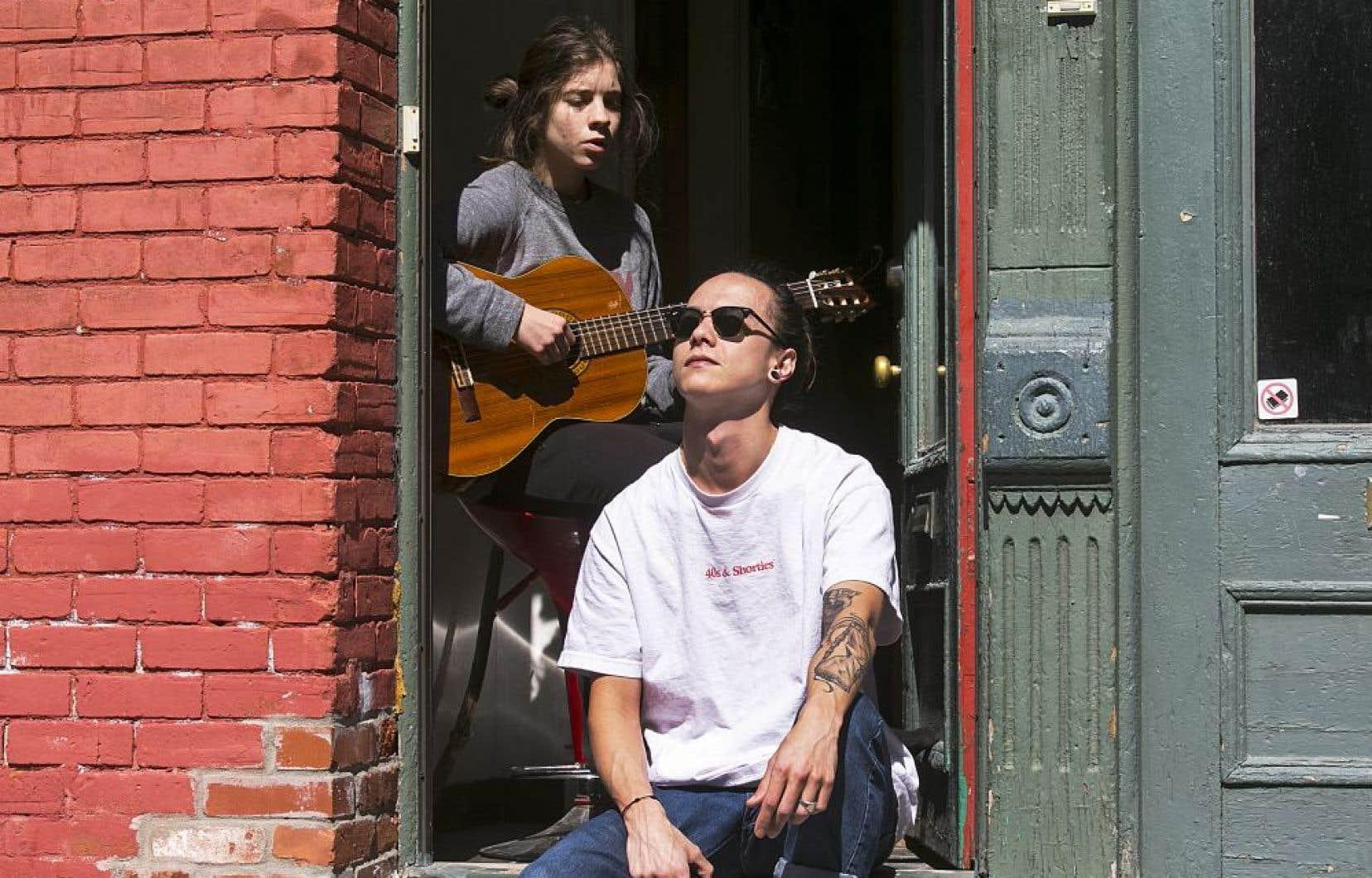 La musique aide à traverser les crises, semblent nous dire Ines Mouline et Thibault Debacour, tous deux musiciens.