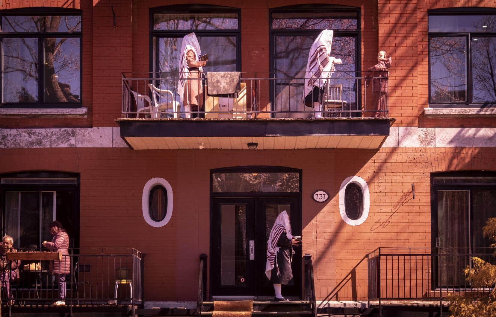 Pour briser la solitude engendrée par  la fermeture  des synagogues, plusieurs membres de la communauté juive hassidique d'Outremont ont célébré samedi dernier le shabbat sur leurs balcons. Vêtus  du talit, les fidèles ont récité prières et chants religieux.