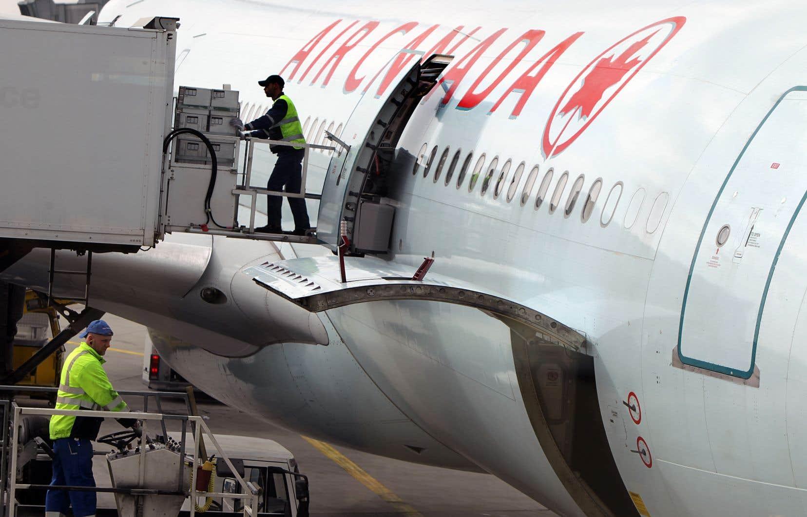 La subvention salariale, a dit Air Canada, permettra à «beaucoup d'employés» mis en disponibilité de toucher «un montant supérieur à la prestation d'assurance-emploi».