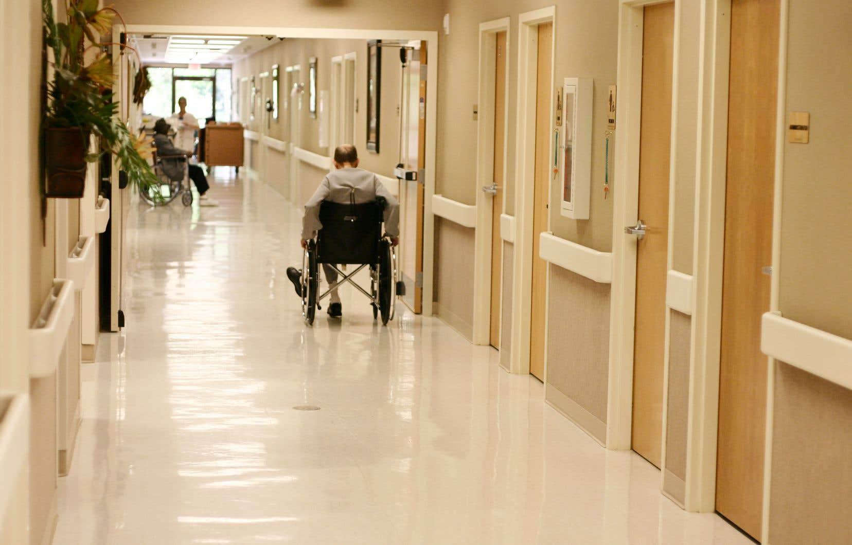 Des maisons de soins palliatifs ont maintenu les visites auprès de tous leurs patients en fin de vie «pour des raisons humanitaires», tandis que d'autres ont interdit à leurs patients de recevoir des proches à l'intérieur de leur chambre sauf dans les 24 à 48heures précédant leur décès.