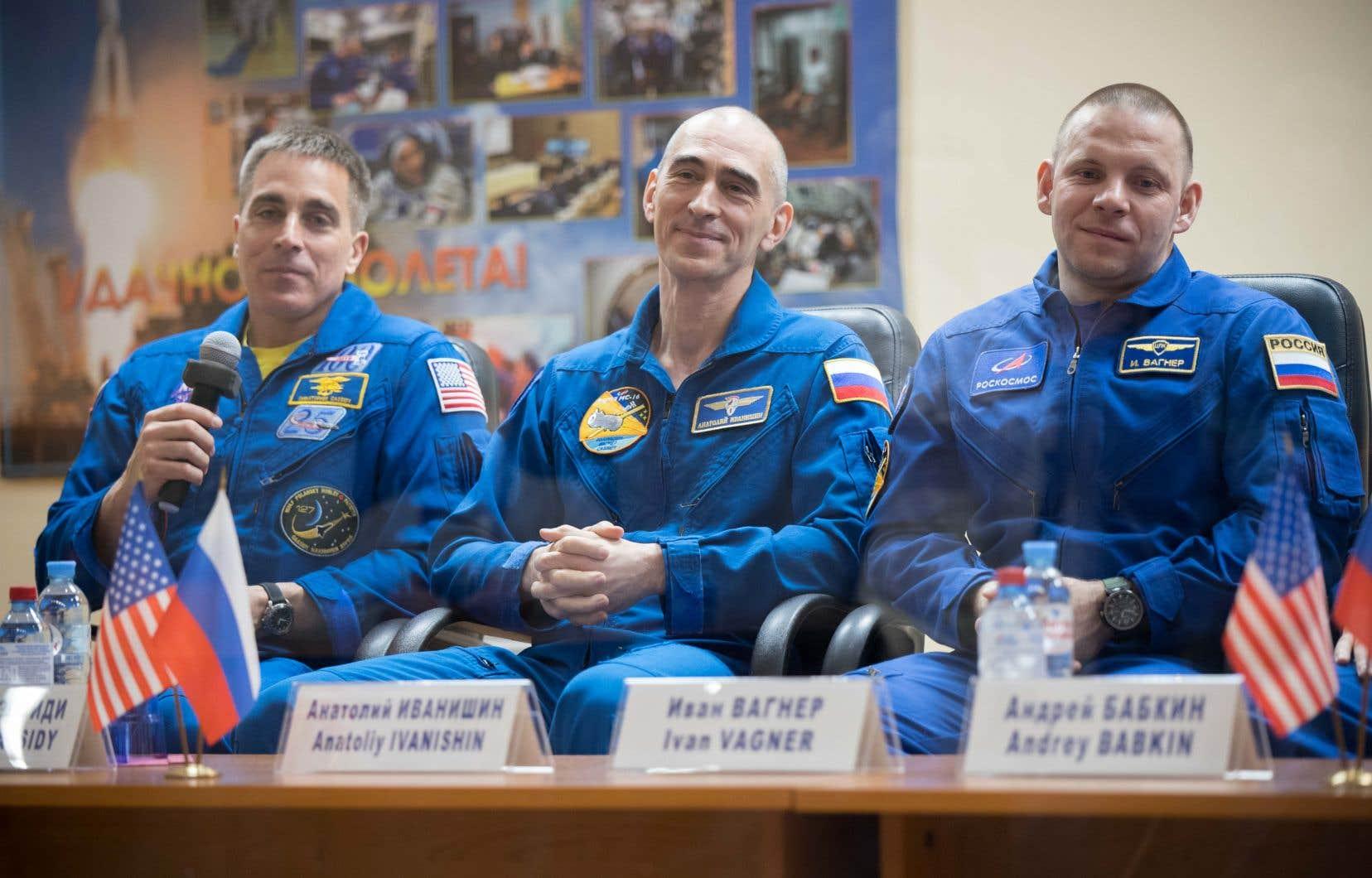 <p>Si la mission de six mois des trois hommes à bord de l'ISS a été maintenue malgré le Covid-19, plusieurs rituels ont toutefois été annulés pour limiter les risques de propagation de la maladie.</p>