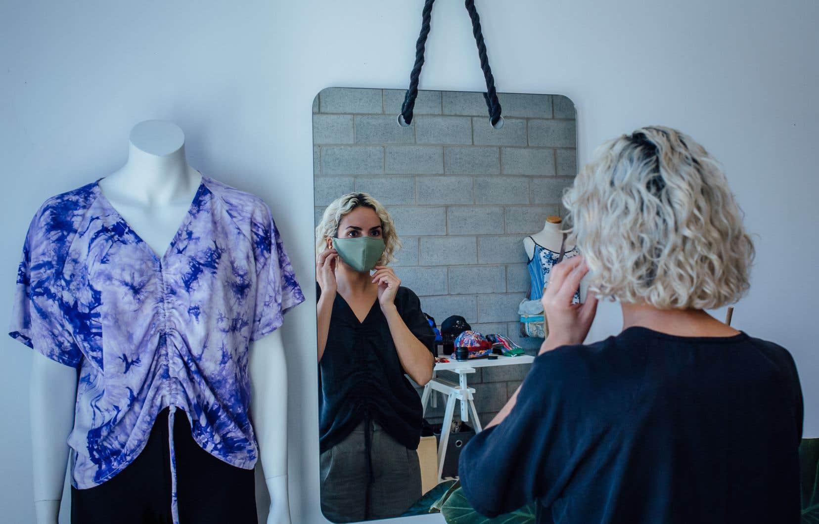 Peu importe le modèle de masque fait maison, il faut se laver les mains avant de le mettre et après l'avoir enlevé, et il faut le laver après chaque utilisation.