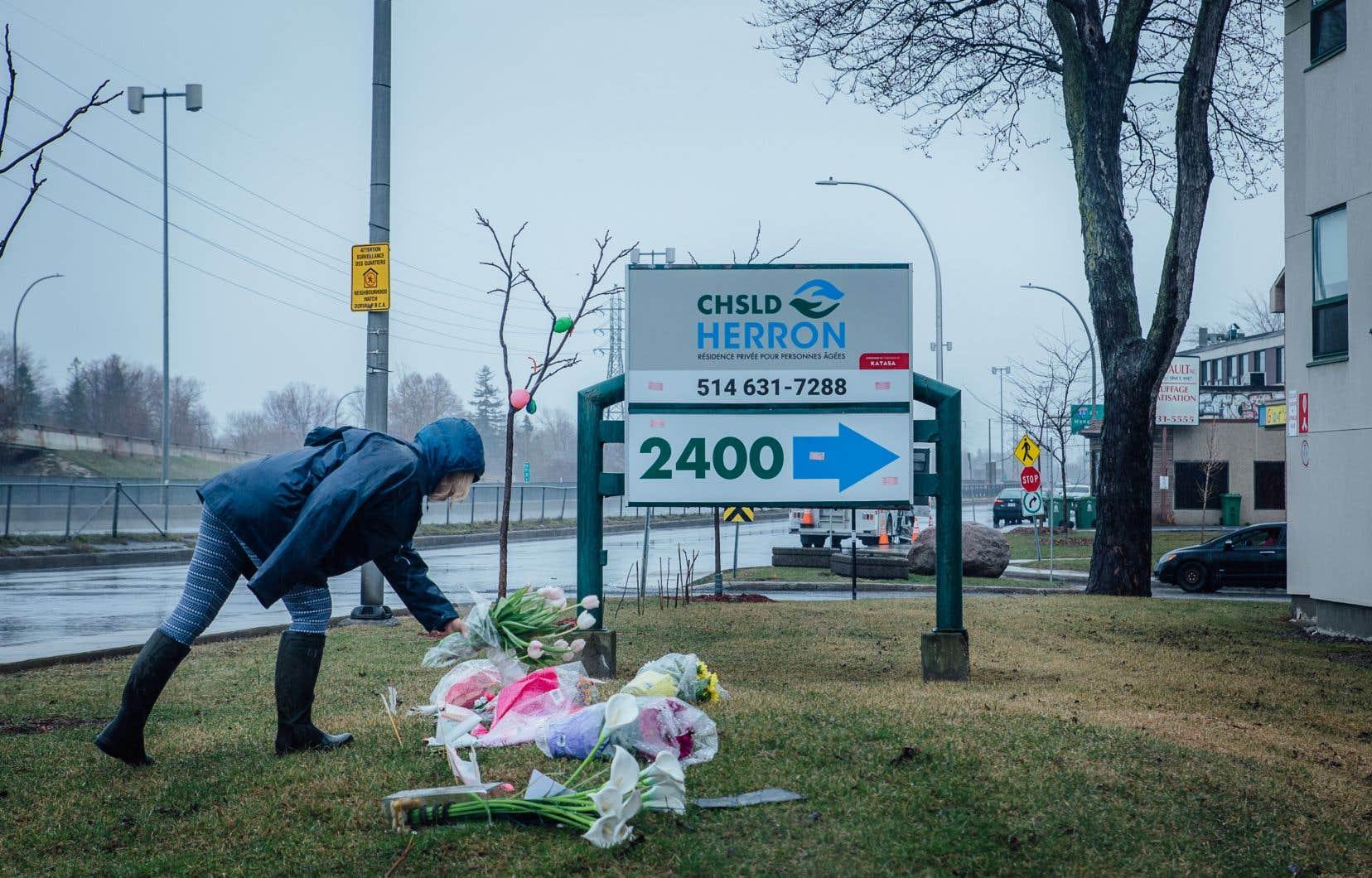 Daphnee Phillips, une résidente du voisinage, a déposé lundi un bouquet de fleurs devant le CHSLD Herron, à Dorval.