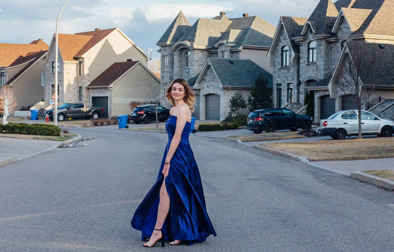 Sarah-Maude Tessier, 16 ans, dans sa robe de bal, devant sa maison à Blainville