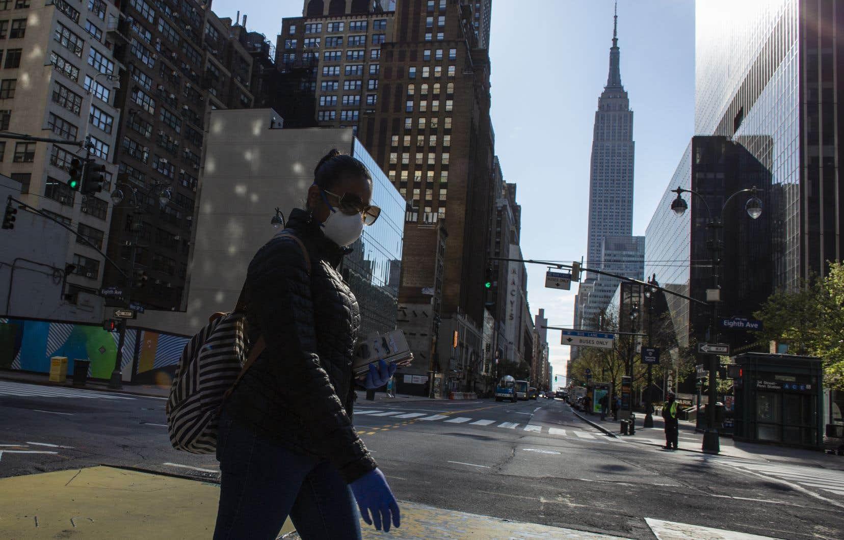 Un nouveau décret va obliger dans l'État de New York le port d'un masque ou d'un foulard couvrant la bouche et le nez en public, notamment dans les transports en commun ou dans la rue.