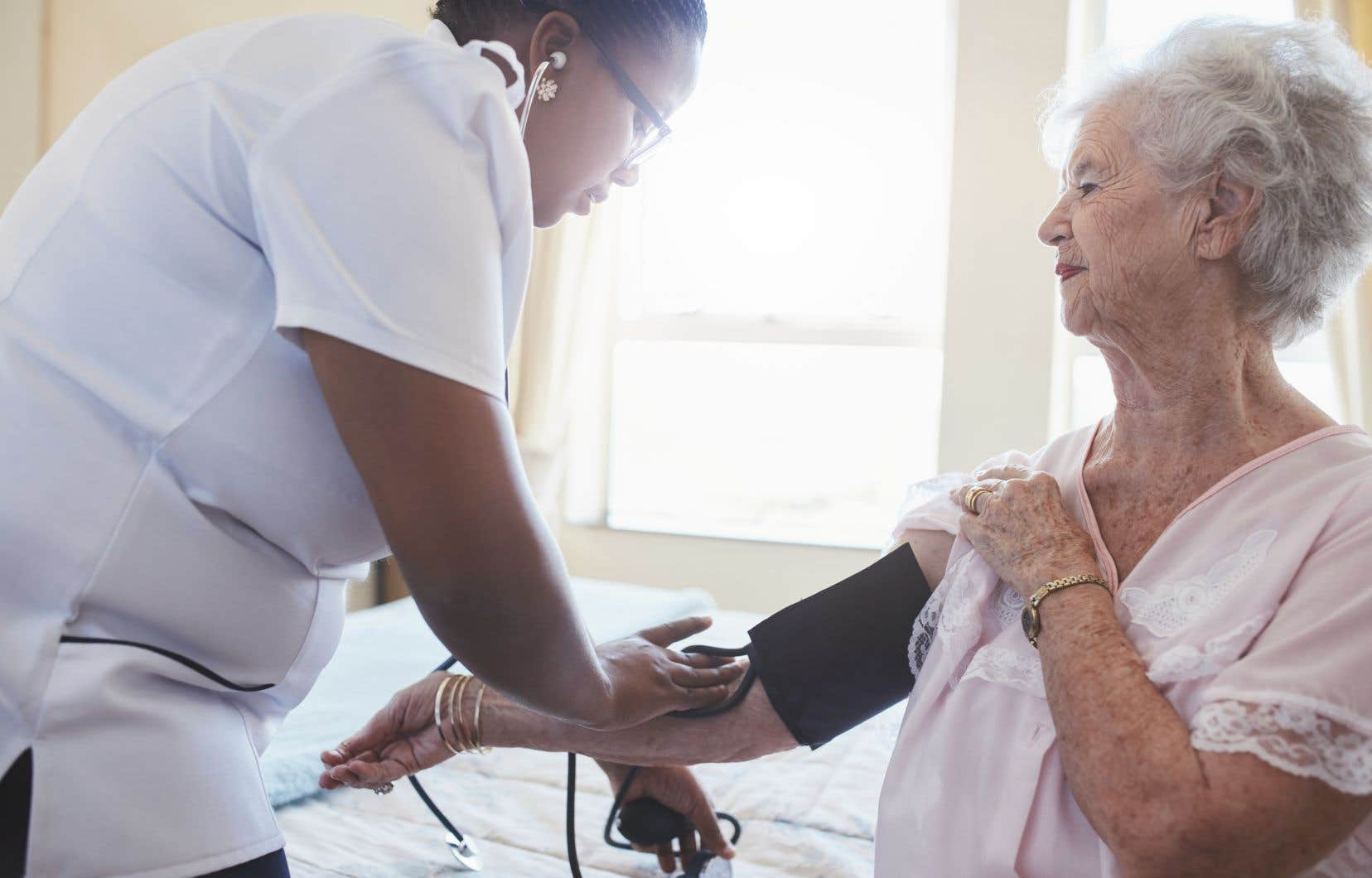 Depuis le début de la crise sanitaire, les infirmières à domicile craignent de devenir des vecteurs de propagation de la COVID-19 en se promenant de logement en logement.