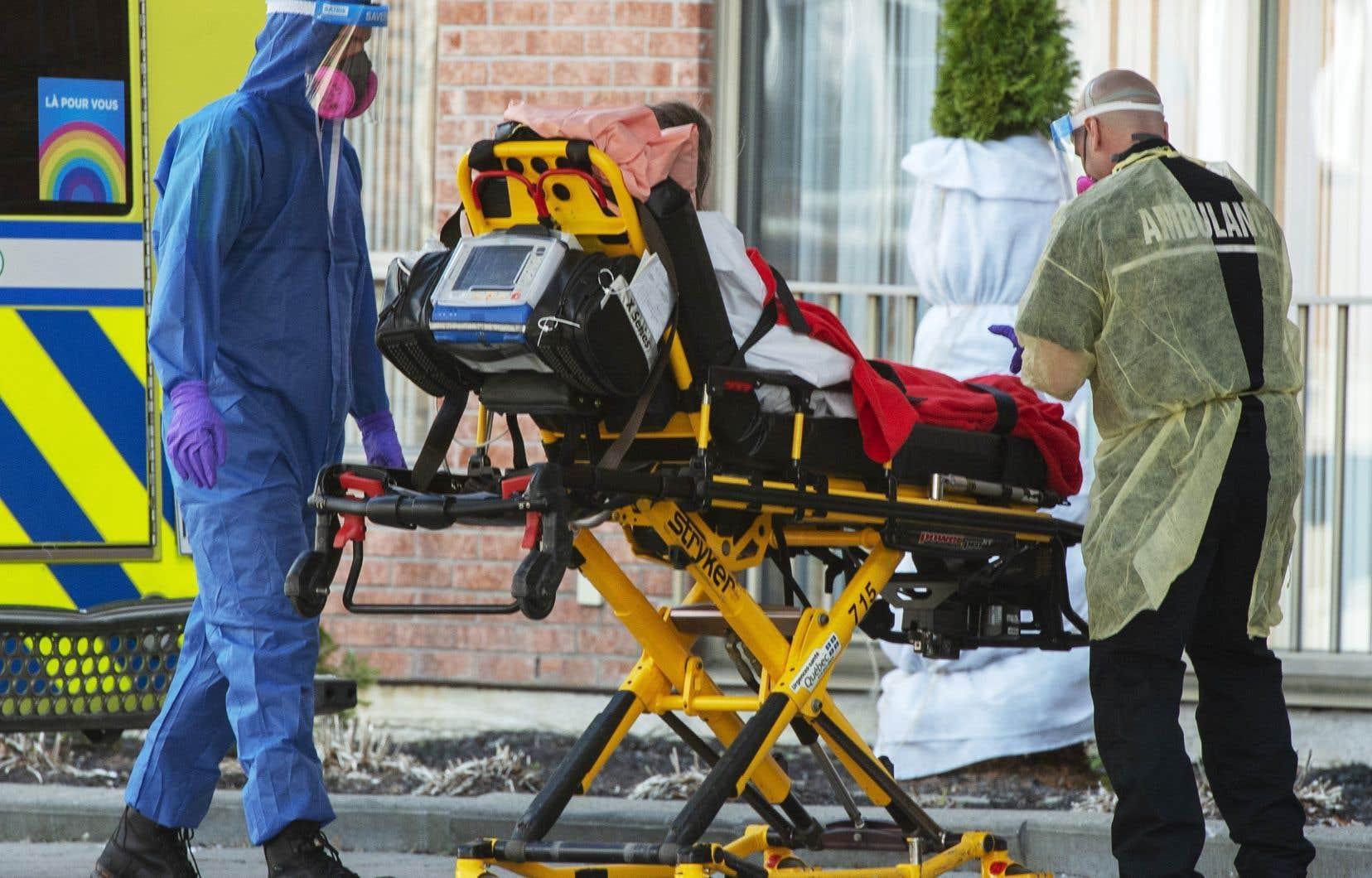 Contaminé par le coronavirus, un résident de la Résidence Floralies, à LaSalle, est transporté à l'hôpital.