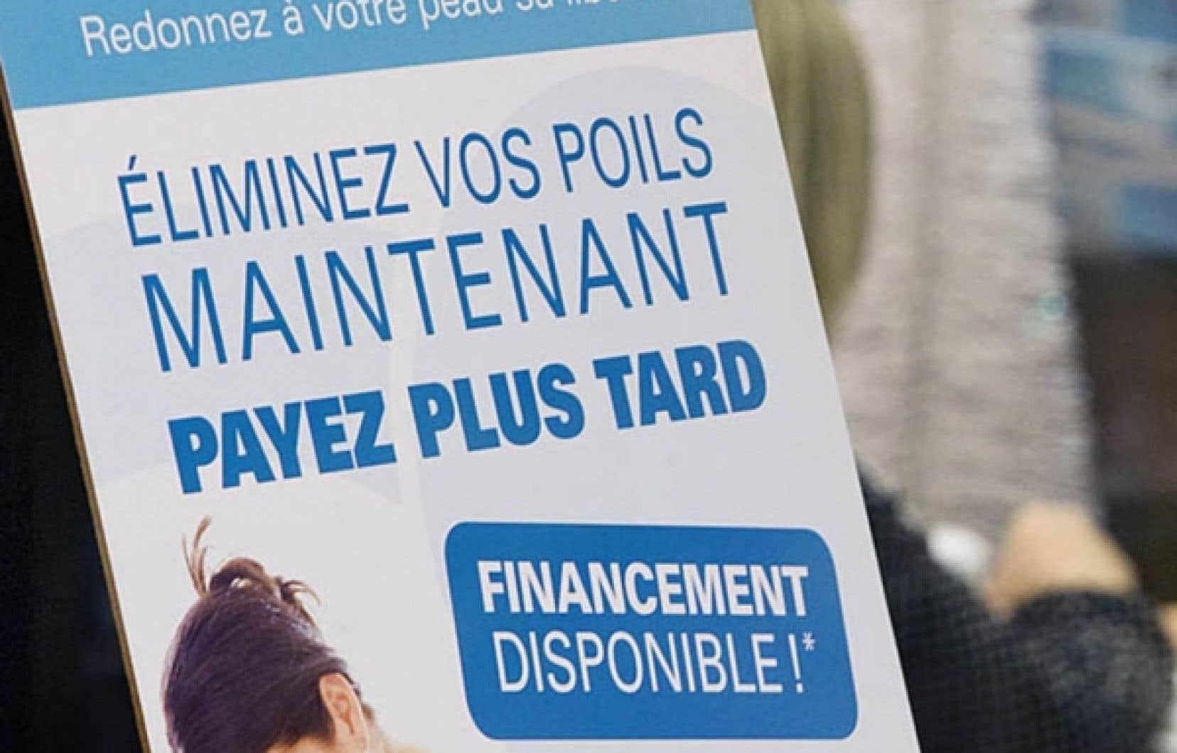 Une publicité invitant à l'endettement devant un salon d'esthétique à Montréal.<br />