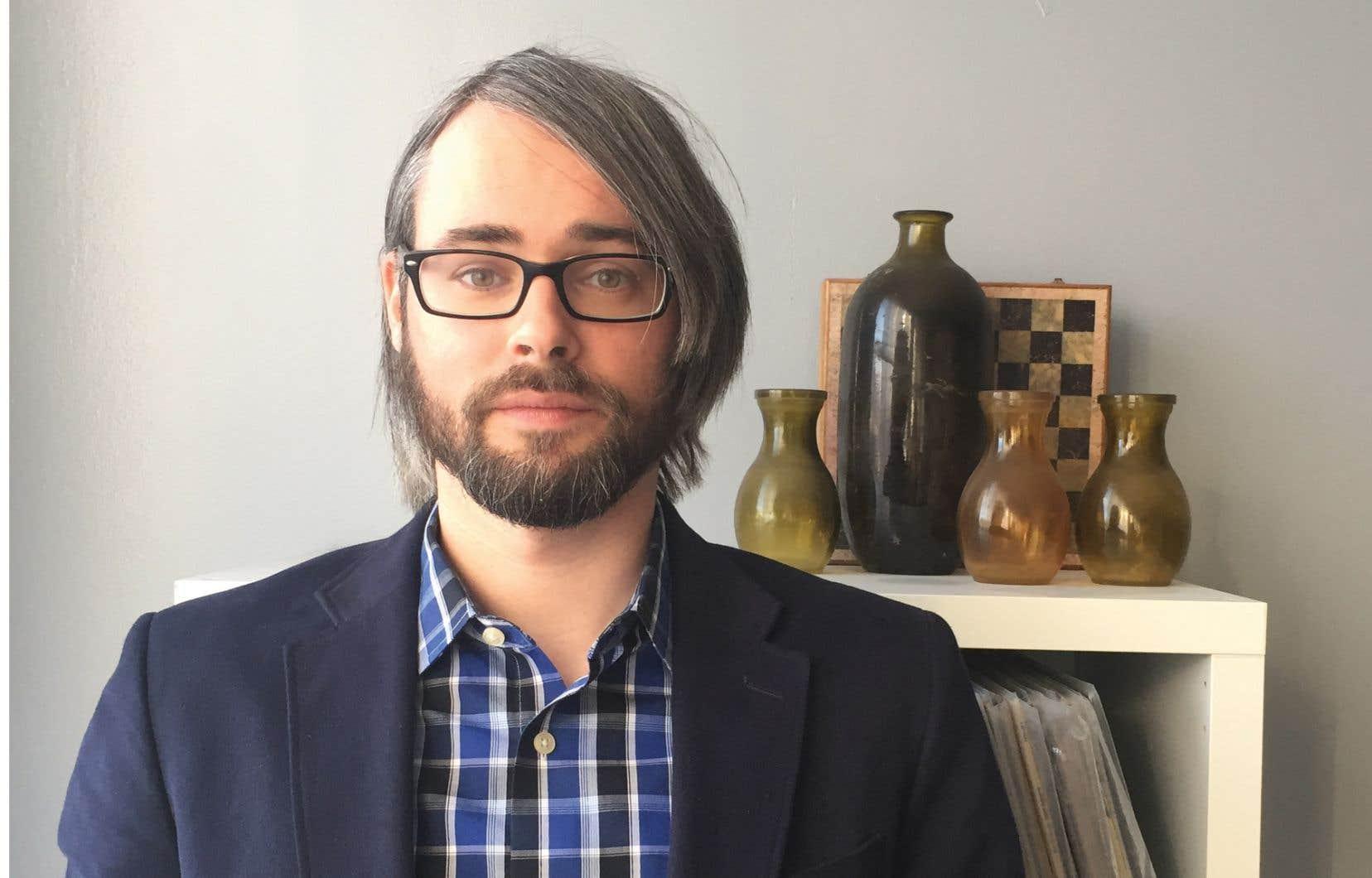 Aaron Tucker, né en 1984, semble assez éclaté dans ses intérêts et ses capacités. Il écrit de la poésie et a publié un essai sur la représentation du Web comme arme de guerre par Hollywood. Il enseigne l'usage des imprimantes 3D en arts visuels.