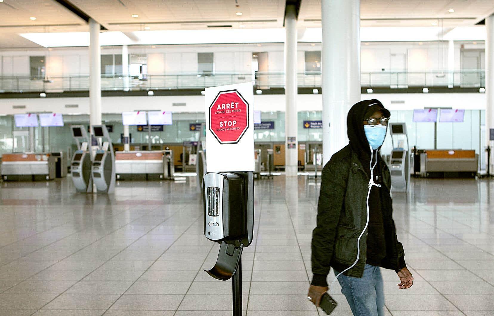 Dès le 20avril, les voyageurs qui prennent l'avion devront porter «un masque non médical ou un couvre-visage pour se couvrir le nez et la bouche pendant le voyage».