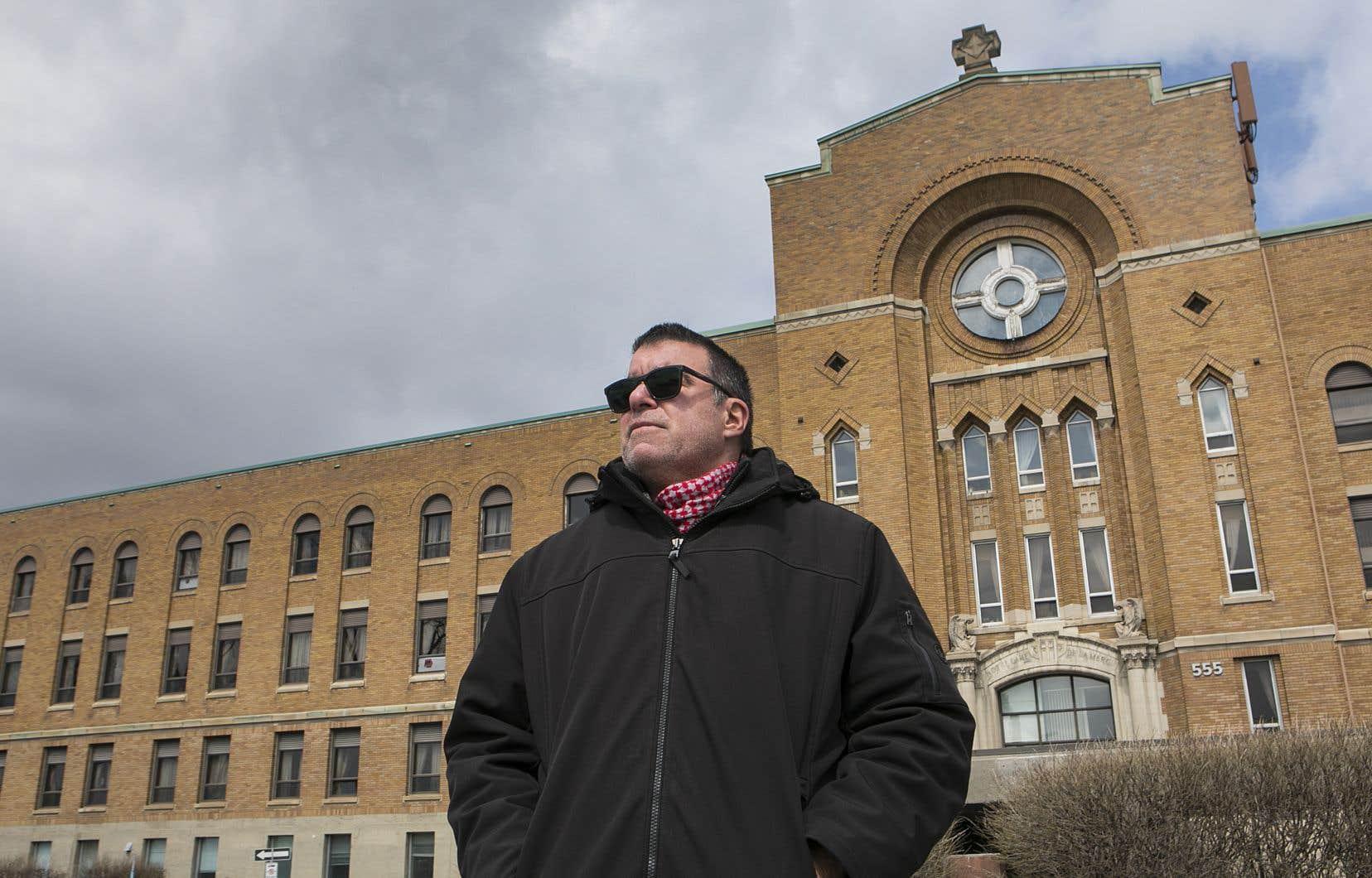 Préposé aux bénéficiaires depuis 33 ans, Benoît Taillefer oeuvre au CHSLD Saint-Laurent, à Montréal.