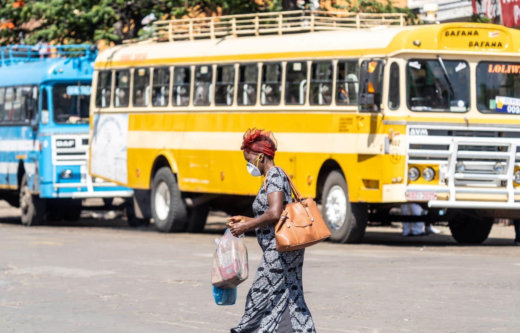 Le Zimbabwe est plongé quasiment à l'arrêt depuis deux semaines par de strictes mesures de confinement sanitaire ordonnées pour ralentir la progression de la COVID-19.