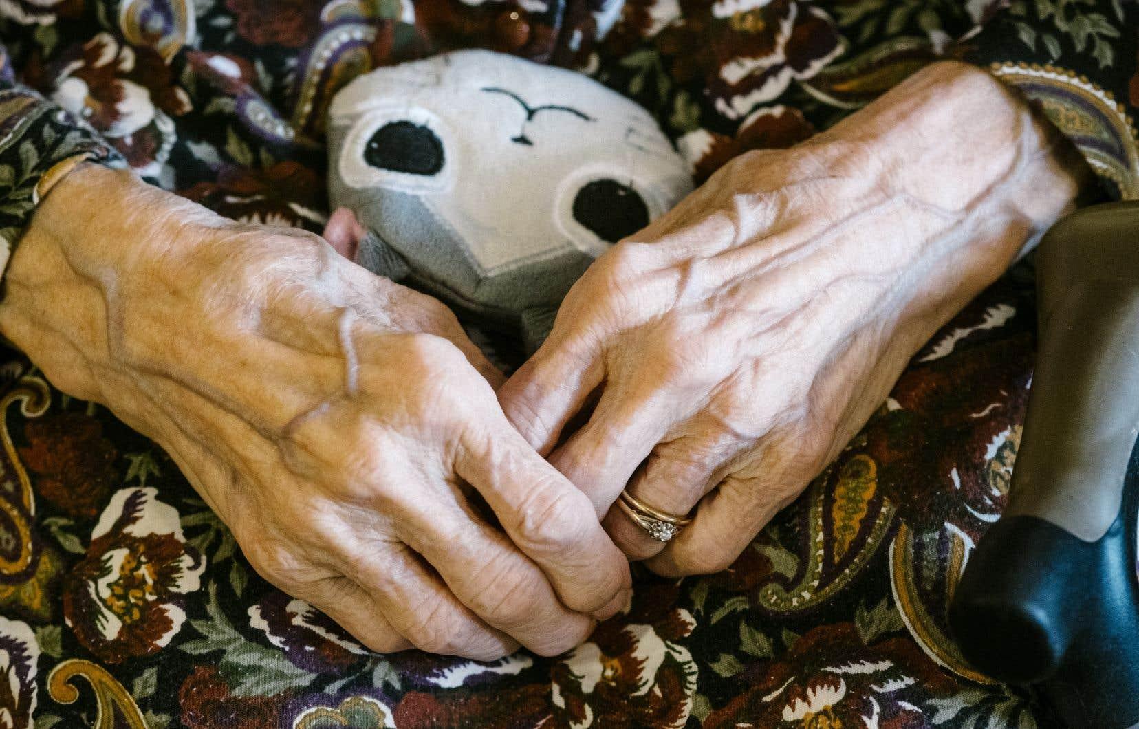 «Les proches aidants, souvent les femmes, sont là pour pallier le manque criant de services», dit l'autrice.