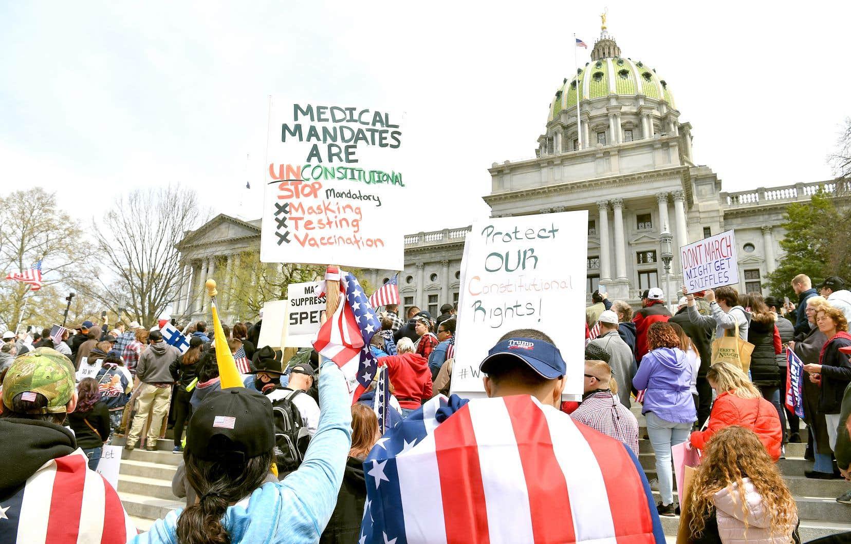 Près d'un millier de personnes ont manifesté lundi contre le confinement à Harrisburg, la capitale de la Pennsylvanie.