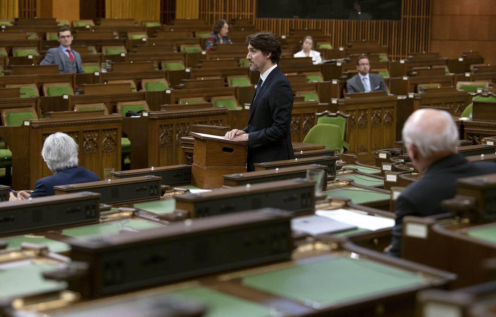 Le premier ministre, Justin Trudeau, a rendu hommage aux victimes de la tuerie en Nouvelle-Écosse devant des banquettes presque vides, lundi, à la Chambres des communes.