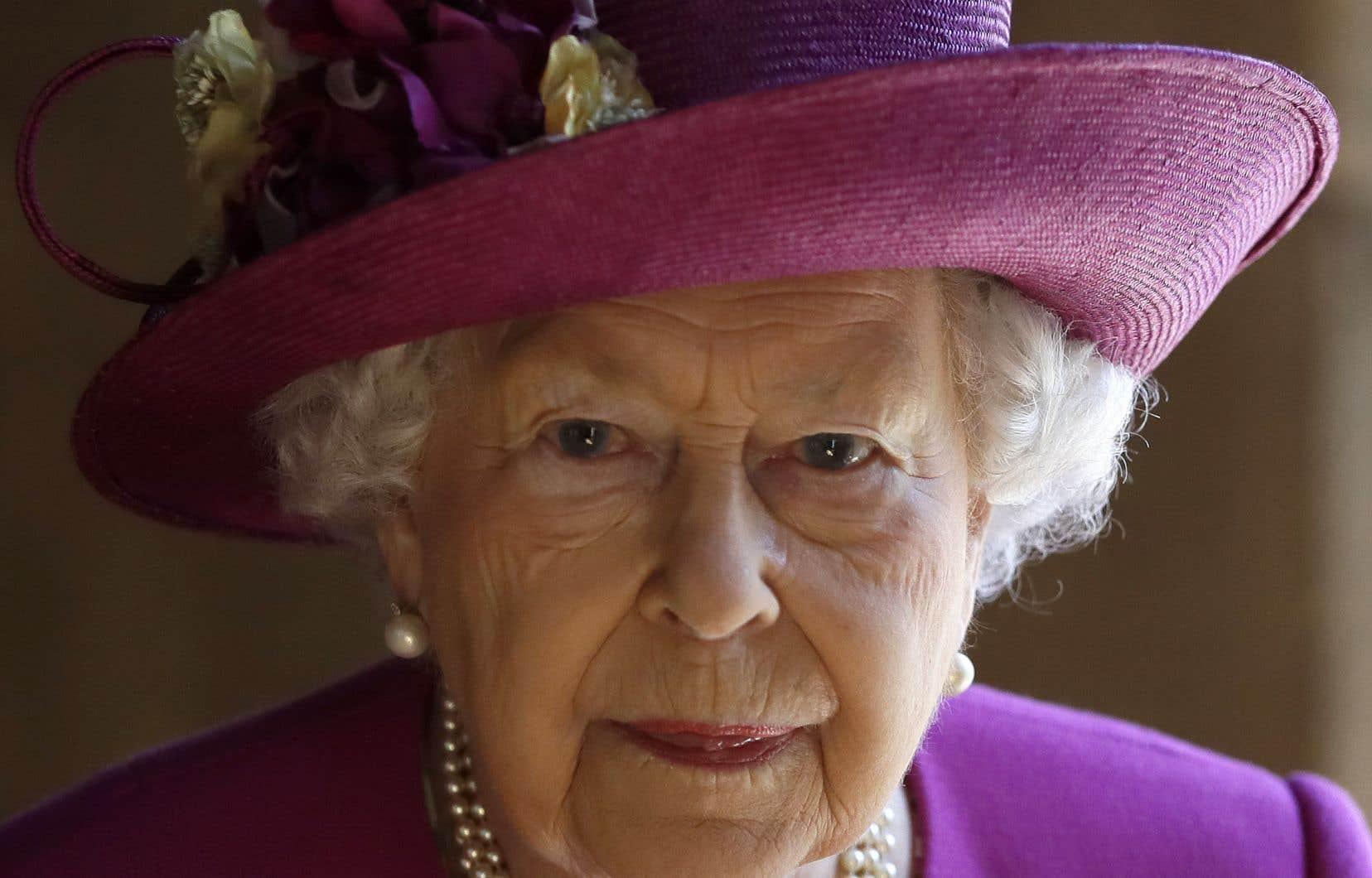 <p>La souveraine se trouve au château de Windsor avec son époux Philip, âgé de 98ans, mais passe son anniversaire sans être rejointe par les membres de la famille royale, conformément aux consignes de son gouvernement.</p>