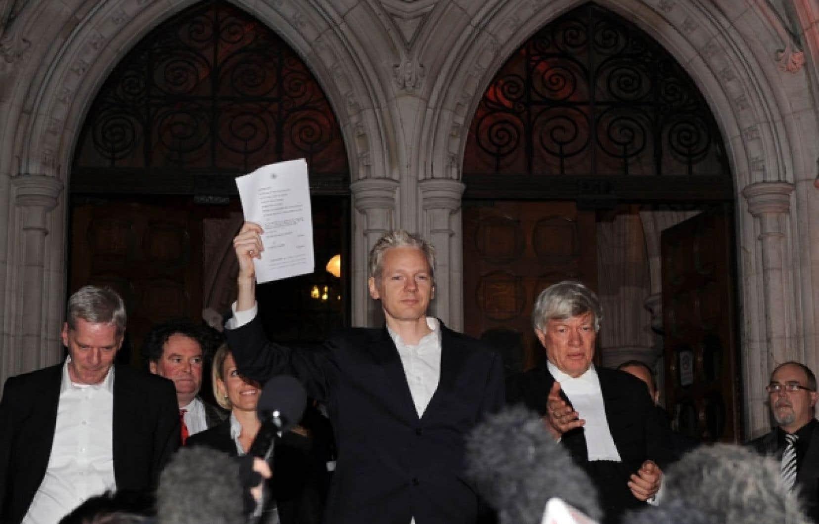 Julian Assange à sa sortie de prison hier à Londres<br />