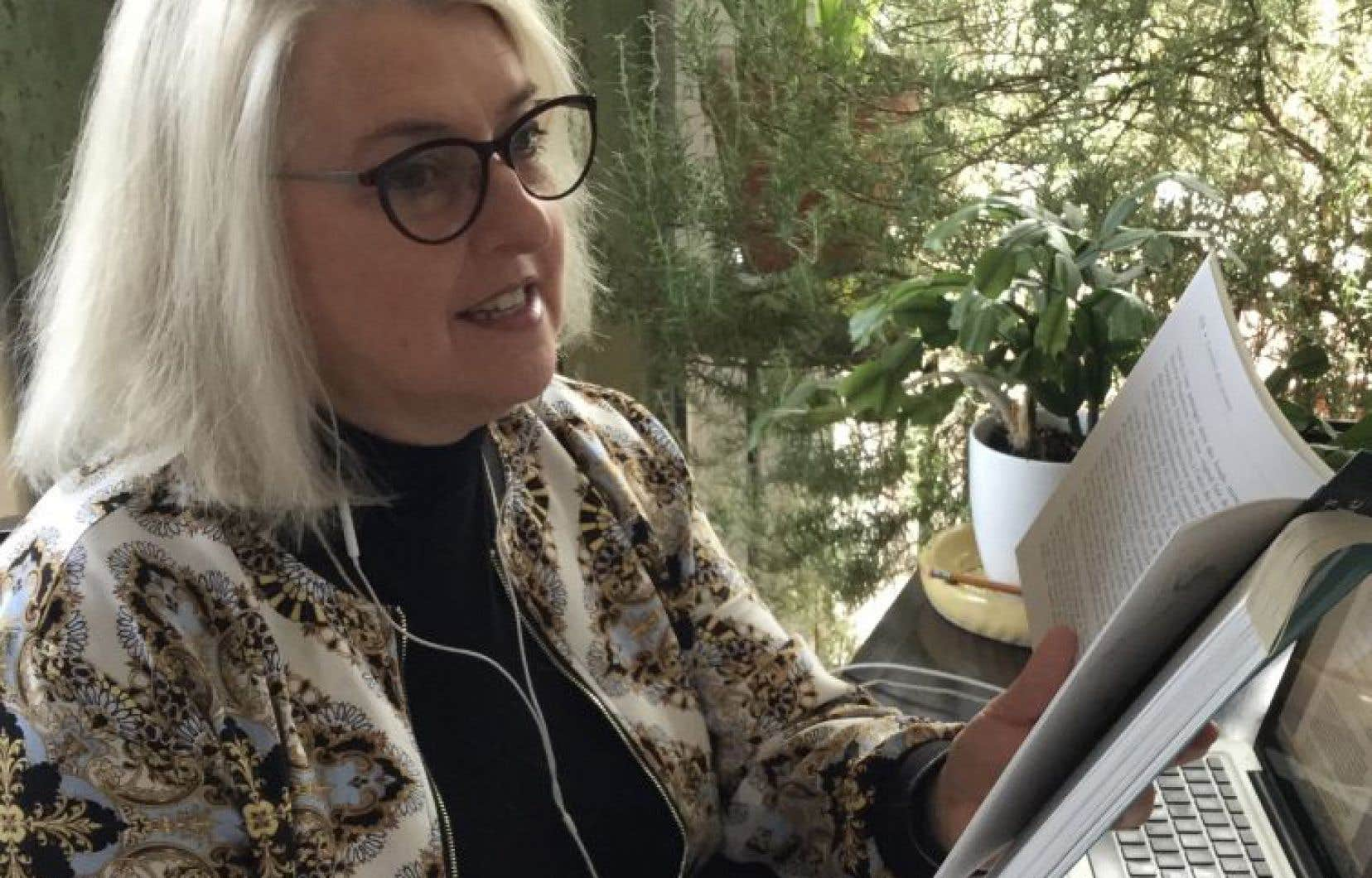 La comédienne Linda Laplante, au milieu de son attirail téléphonique et des textes qu'elle récite.