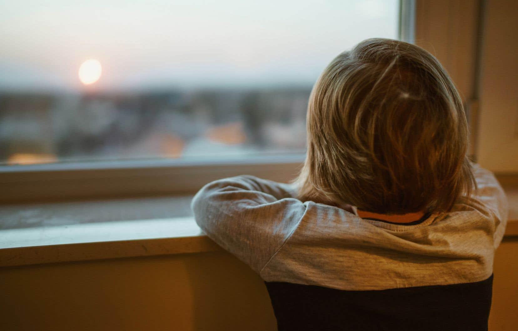 En raison de la pandémie, les services sociaux ont suspendu les rencontres physiques entre les enfants pris en charge par des familles d'accueil et leurs parents biologiques.
