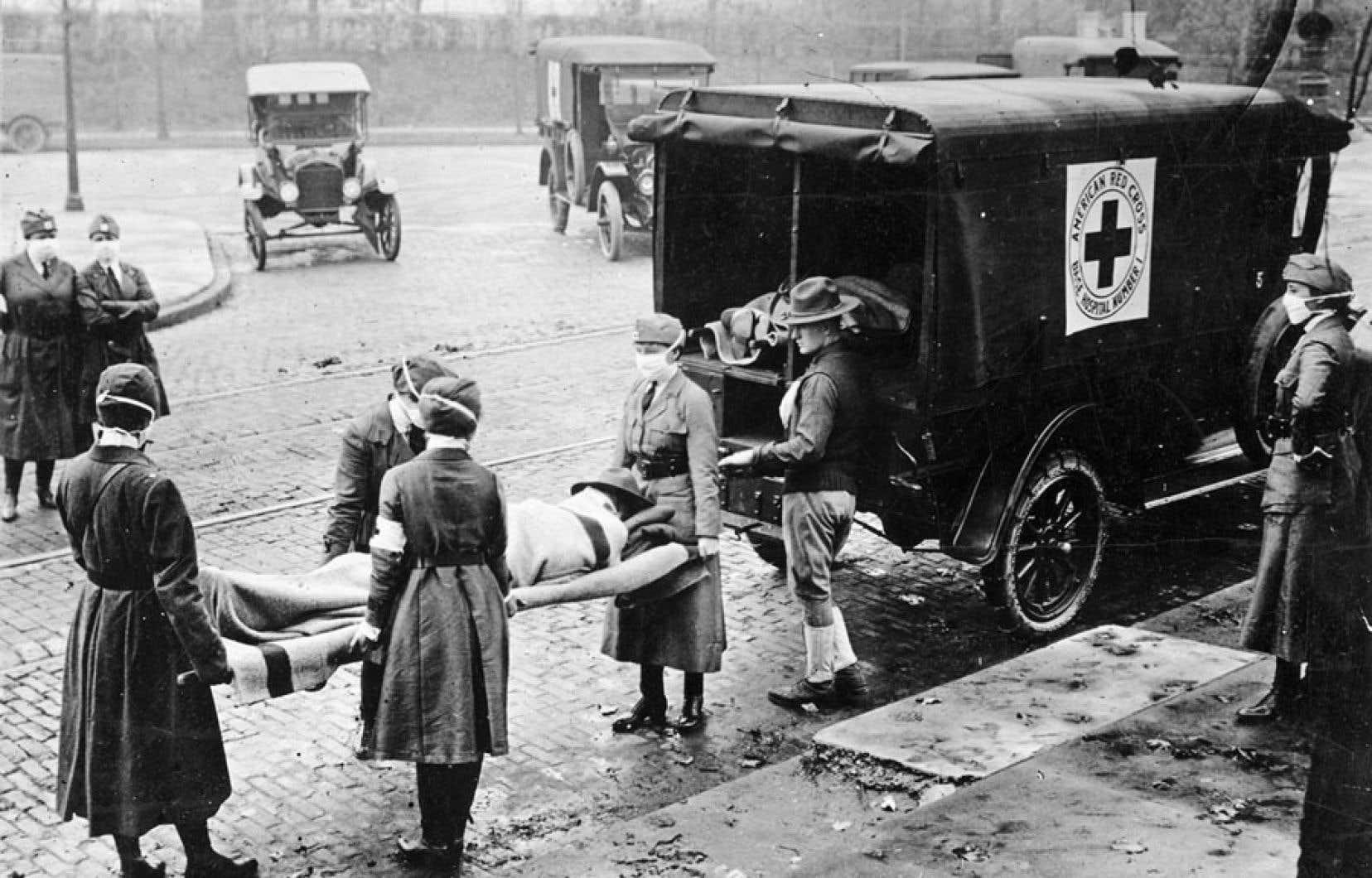 Les pertes humaines et économiques infligées par l'épidémie de grippe espagnole en 1918 ont été terribles dans certaines régions des États-Unis. Sur la photo, la Croix-Rouge américaine lors d'une intervention à Saint-Louis, en 1918.