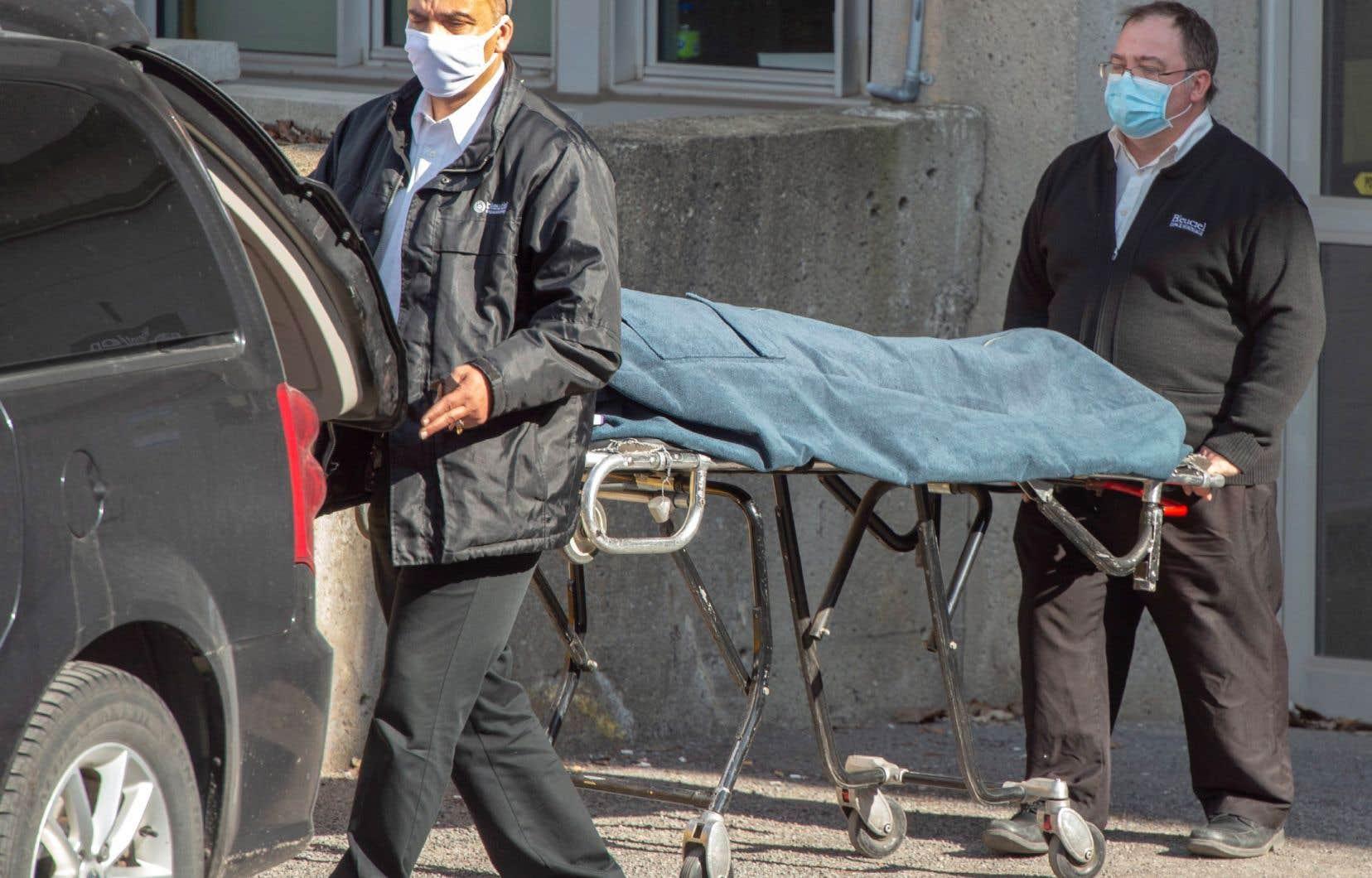«À quand la tenue d'une vigie virtuelle pour le millier de Québécois décédés à la suite d'une infection par le coronavirus et pour tous ceux dont les derniers jours se sont déroulés dans la solitude et le silence?», demande l'autrice.