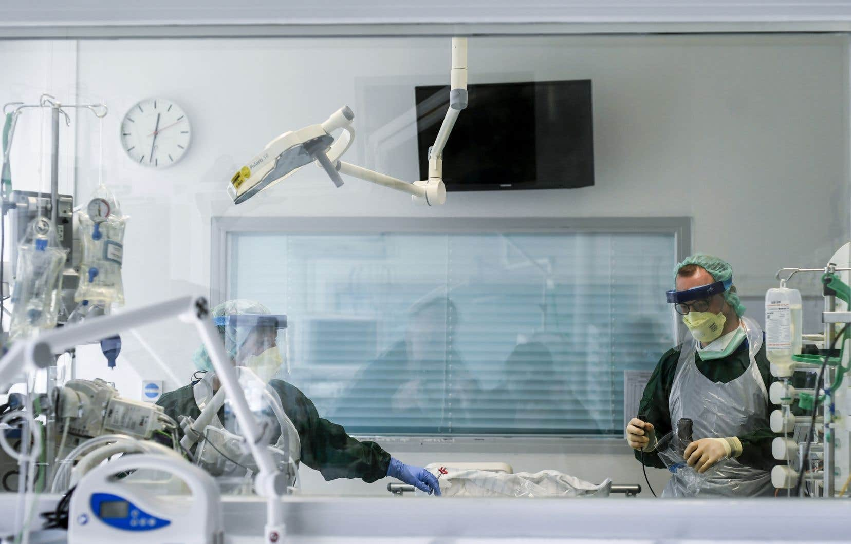La Société française de médecine d'urgence prône la ventilation non invasive pour éviter l'intubation.