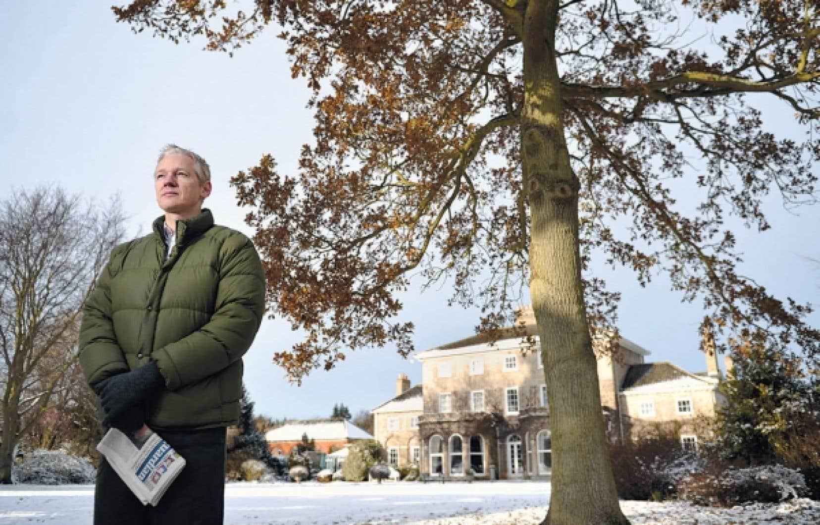 Julian Assange est assigné à demeure dans le manoir d'Ellingham Hall, où l'accueille un de ses amis. Il est soumis à un couvre-feu et porte un bracelet électronique.<br />