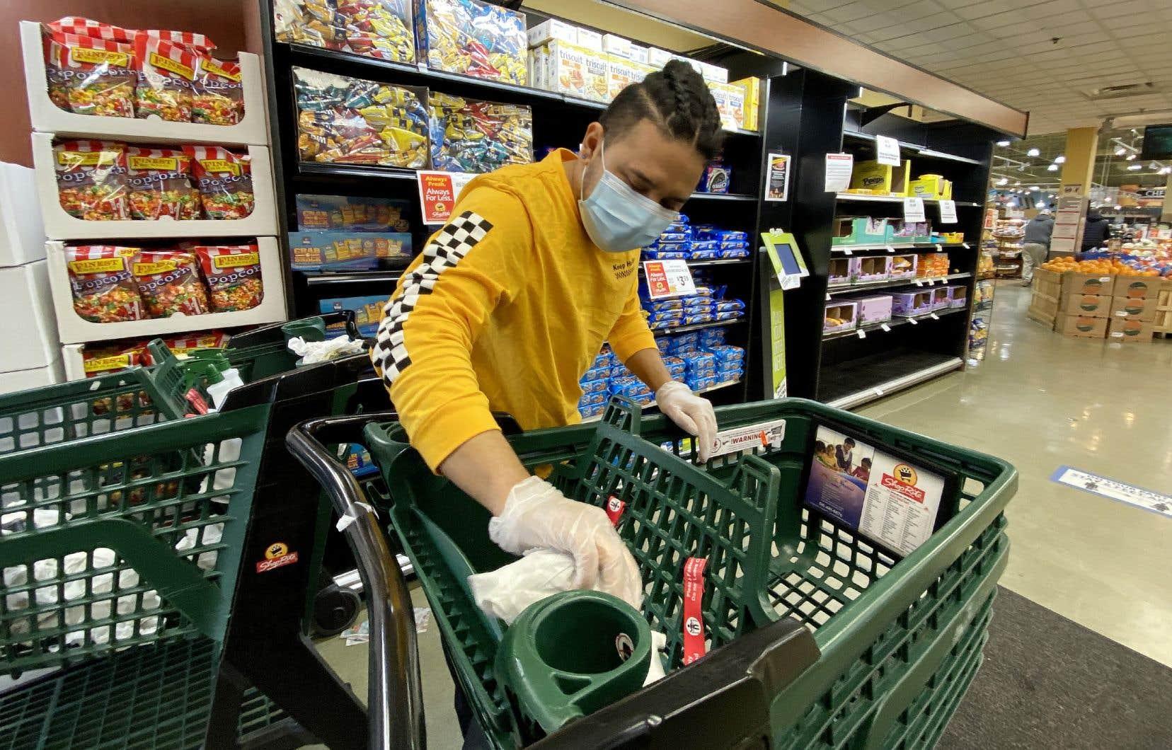 «Les employés des supermarchés à qui l'on refusait une hausse du taux horaire à 15dollars, ou le personnel de la santé dont les conditions de travail épouvantables attirent d'ordinaire peu la sympathie de la population, se retrouvent soudainement acclamés en tant qu'anges gardiens», écrit Sébastien Parent.