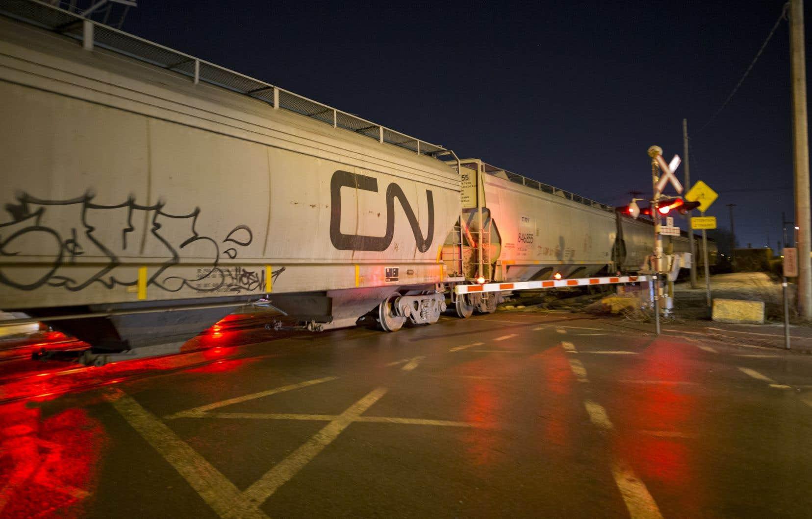 Comme le CN, la plupart des chemins de fer nord-américains ont retiré ou révisé leurs perspectives en réponse à l'épidémie, qui a bouleversé l'économie, forcé la fermeture des entreprises à travers le monde et déclenché une récession imminente.