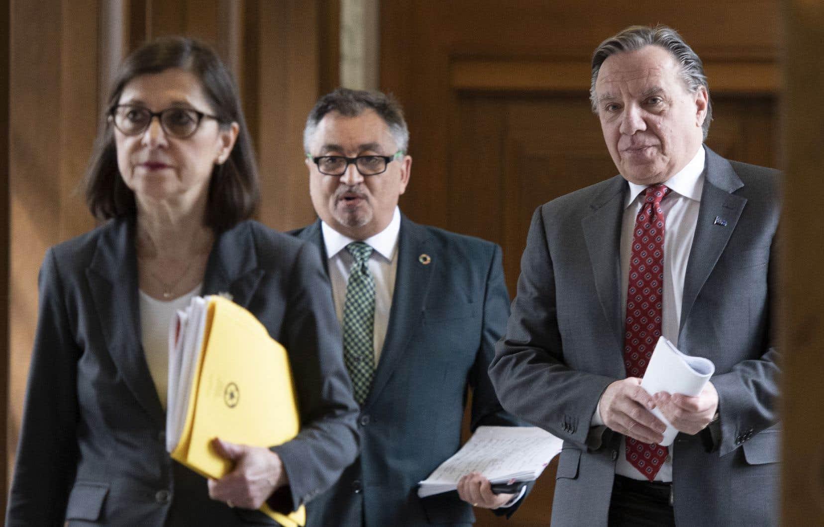 De gauche à droite, la ministre de la Santé Danielle McCann, ledirecteur national de santé publiqueHoracio Arruda et lepremier ministre du Québec François Legault
