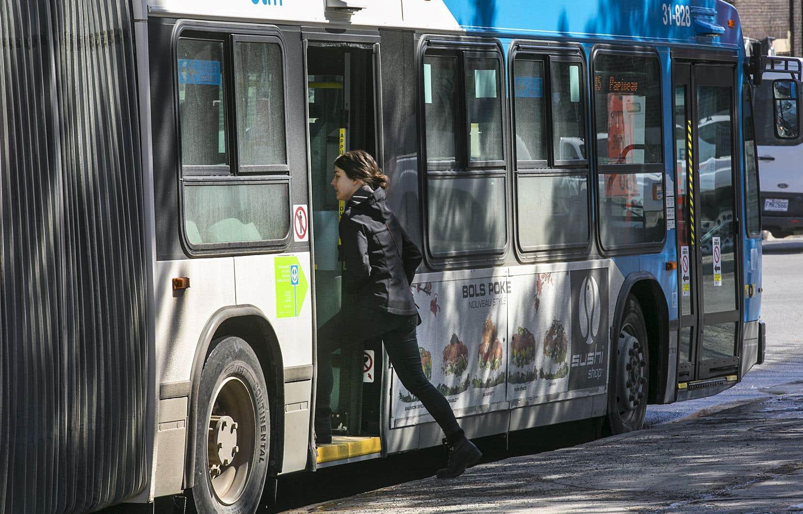 Les usagers doivent désormais utiliser la porte arrière pour monter à bord d'un autobus de la STM.