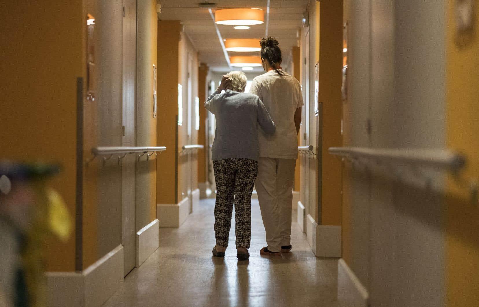 Le bilan de l'épidémie, en France, s'établit à 24087 morts depuis le 1ermars, dont 9034 dans les établissements sociaux et médico-sociaux, parmi lesquels les centres pour personnes âgées.