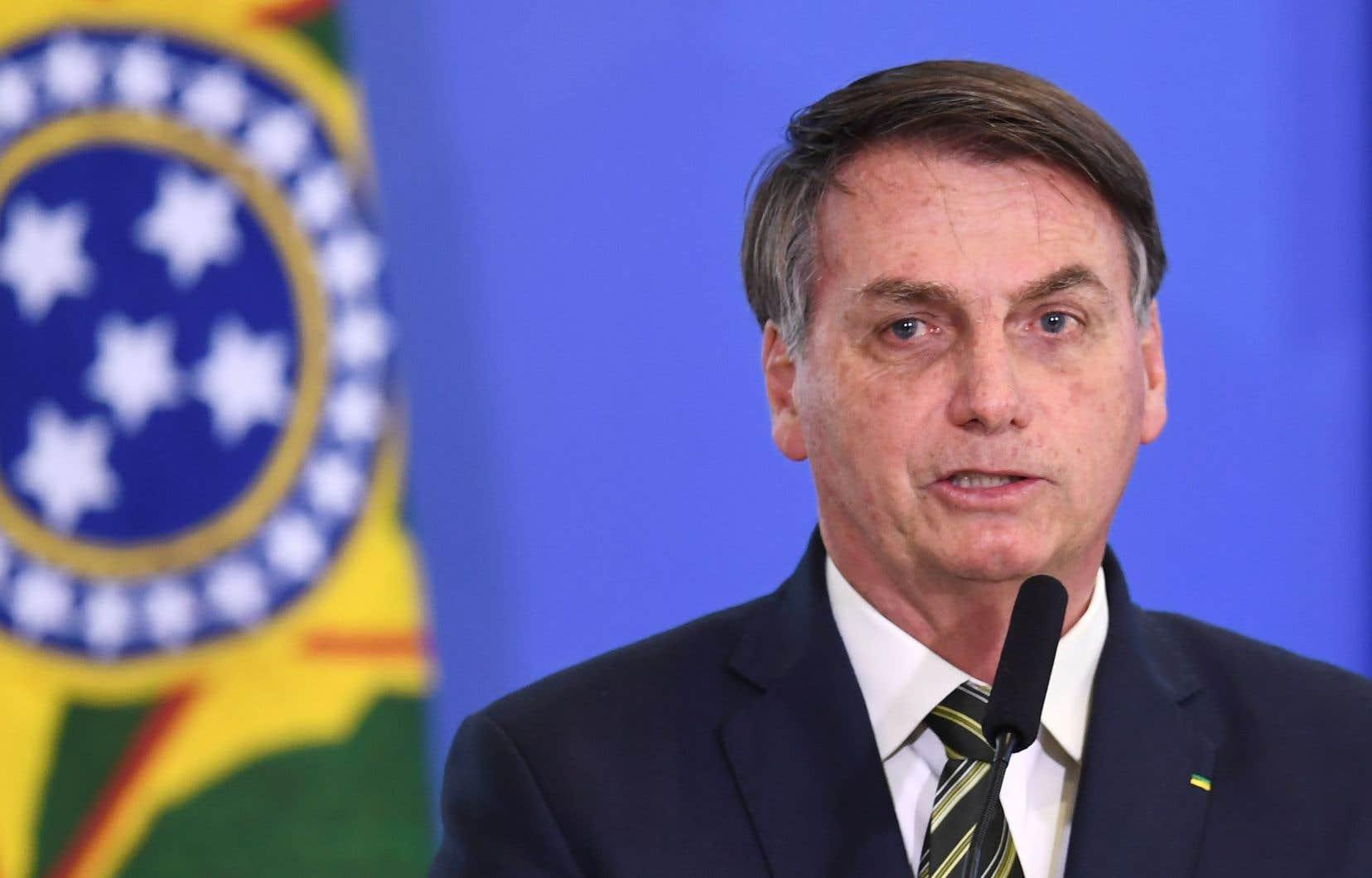 Les appuis du président brésilien Jair Bolsonaro s'effritent depuis qu'il a limogé son ministre de la Santé en pleine pandémie, le populaire Luis Henrique, pour le remplacer par un ami, l'oncologue Nelson Teich.