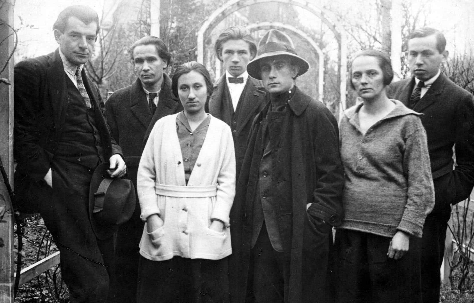 La rédaction de la revue «Ma», fondée en 1916 par Lajos Kassák (5e en partant de la gauche), en 1922