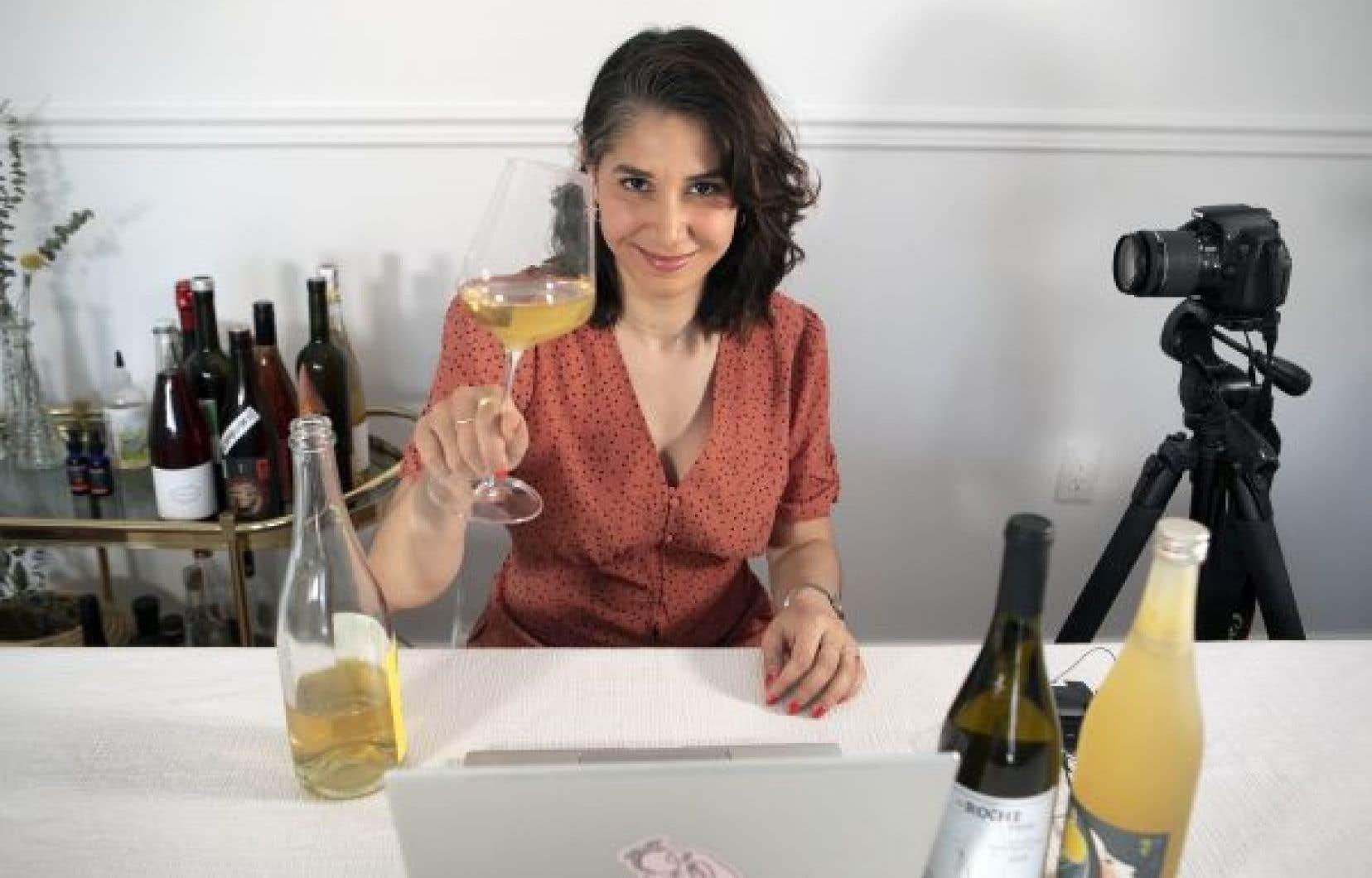 Par l'entremise d'ateliers thématiques Asma Ben Tanfous décomplexifie le lexique du vin et présente des vignerons, sommeliers, importateurs et autres acteurs influents.