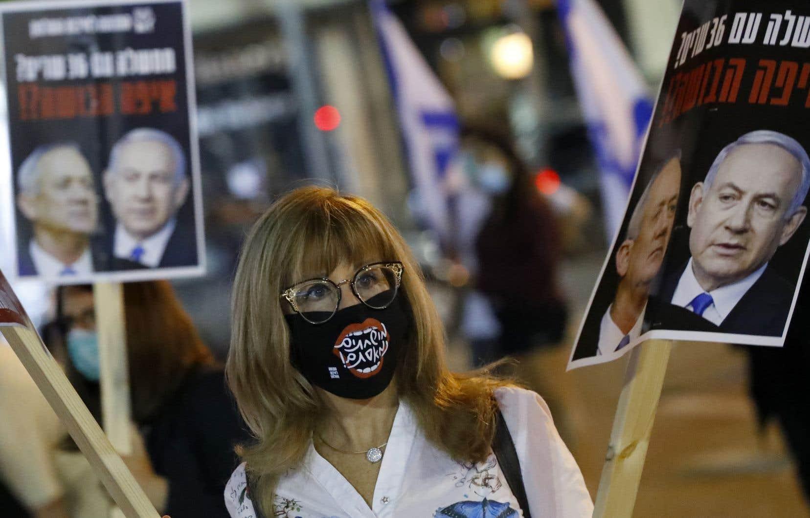 Des dizaines d'Israéliens portant des masques de protection ont manifesté près de la salle d'audience.