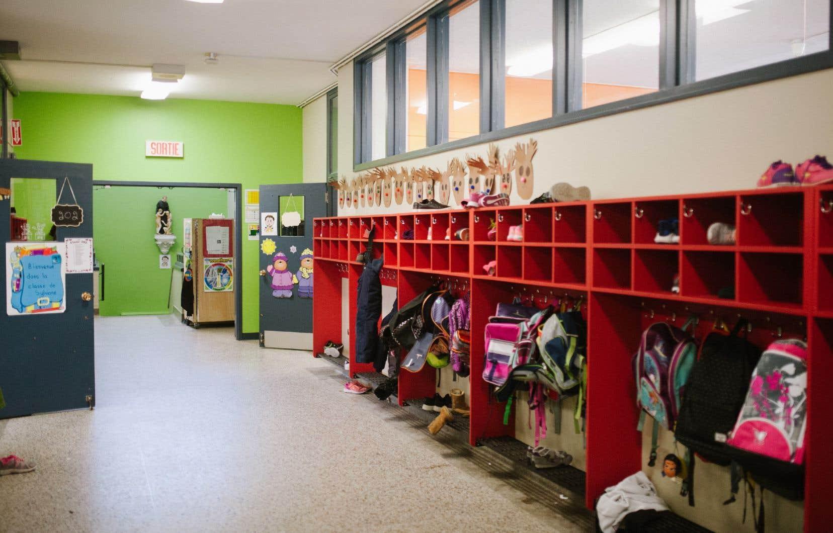 <p>Le guide de la CNESSTdemande de tout faire pour respecter la distance de deux mètres entre les personnes tout au long de la journée à l'école.</p>