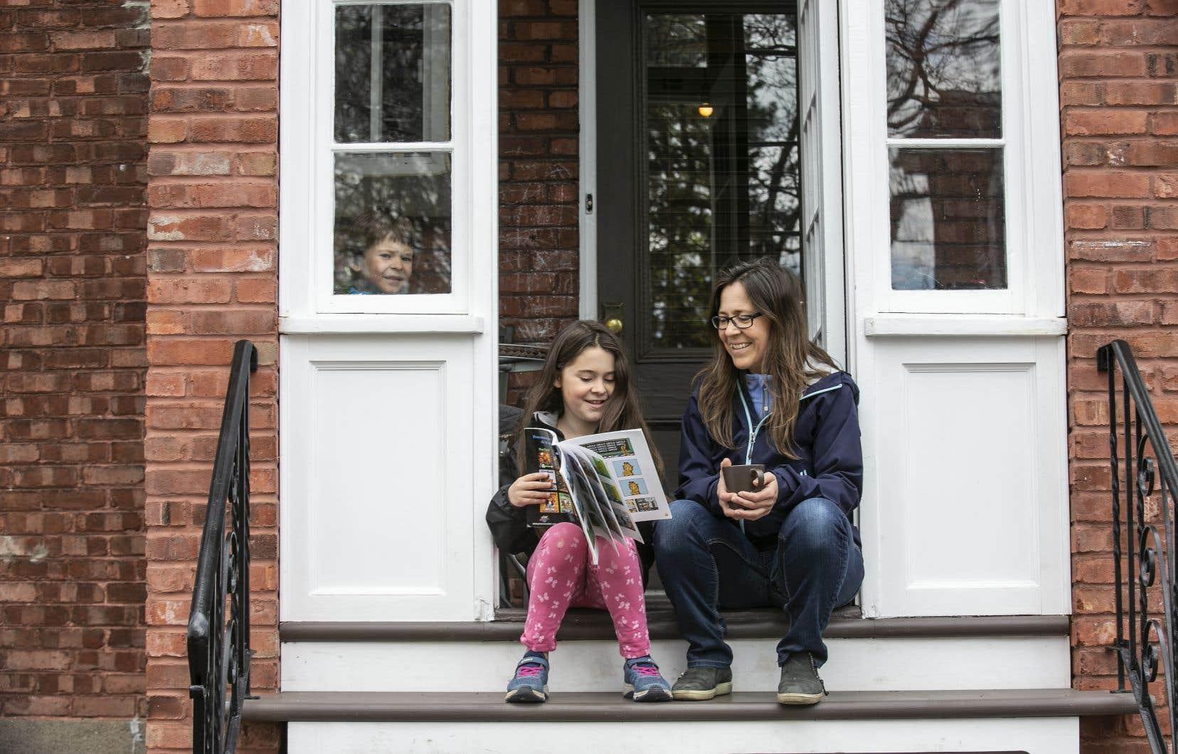 Marie-Élaine Chénier et sa fille Romy devant leur maison